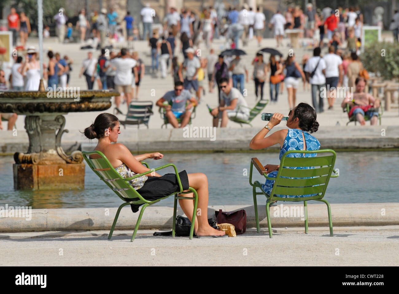 Paris, France. Jardin des Tuileries. Two young women relaxing on a very hot day - Stock Image