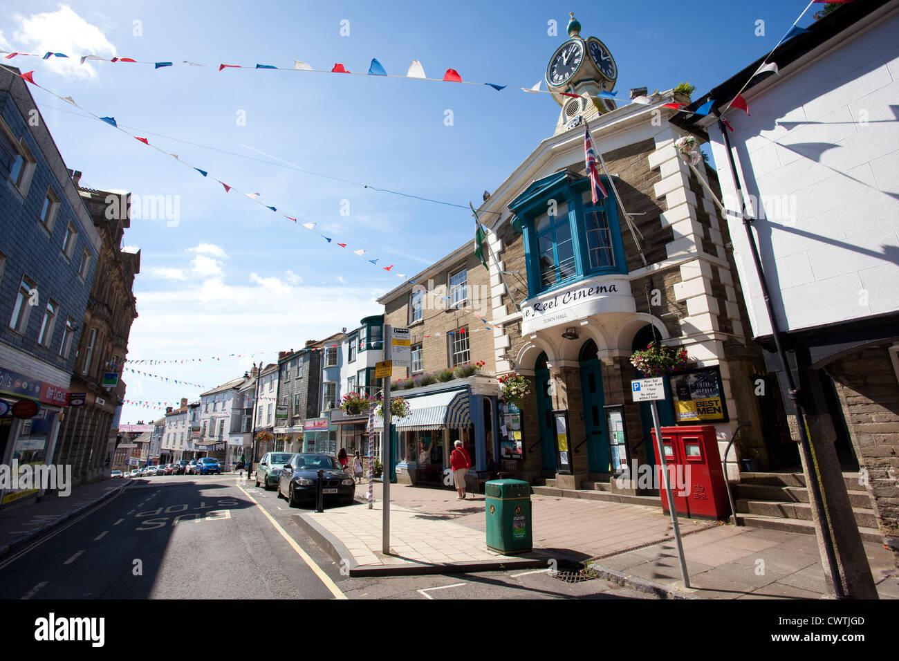 kingsbridge-town-hall-and-reel-cinema-fore-street-kingsbridge-devon-uk