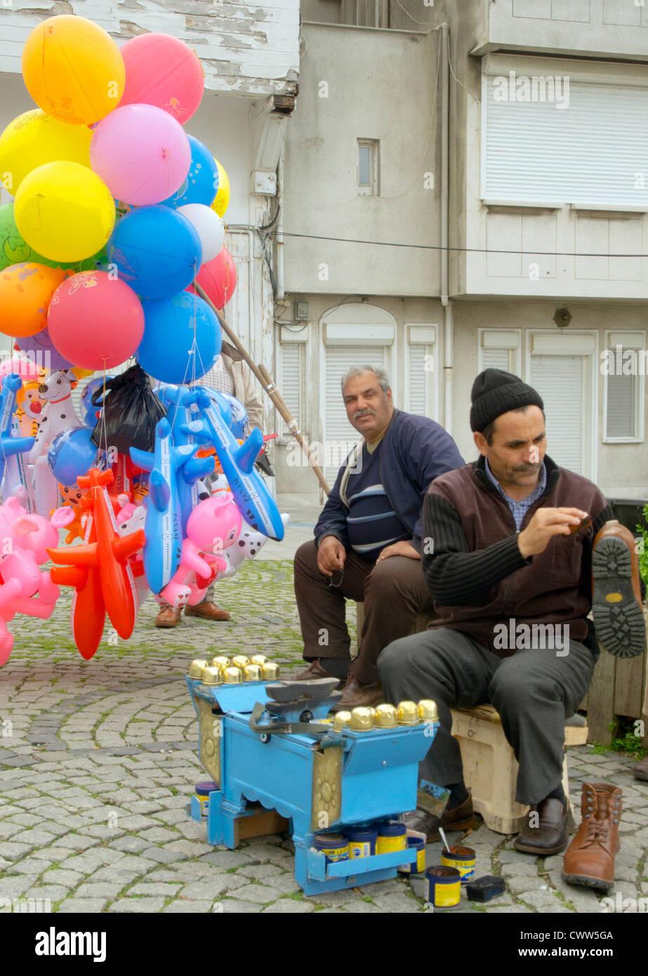 Türkei, Istanbul, Beylerbey, Schuhputzer und Luftballonverkäufer. - Stock Image