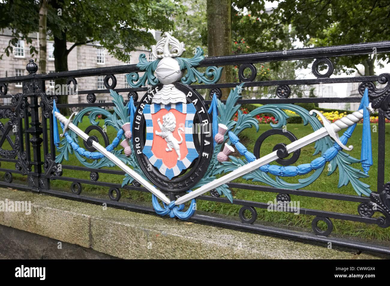 william wallace heraldic crest and claymores on rosemount viaduct garden railings aberdeen scotland uk - Stock Image