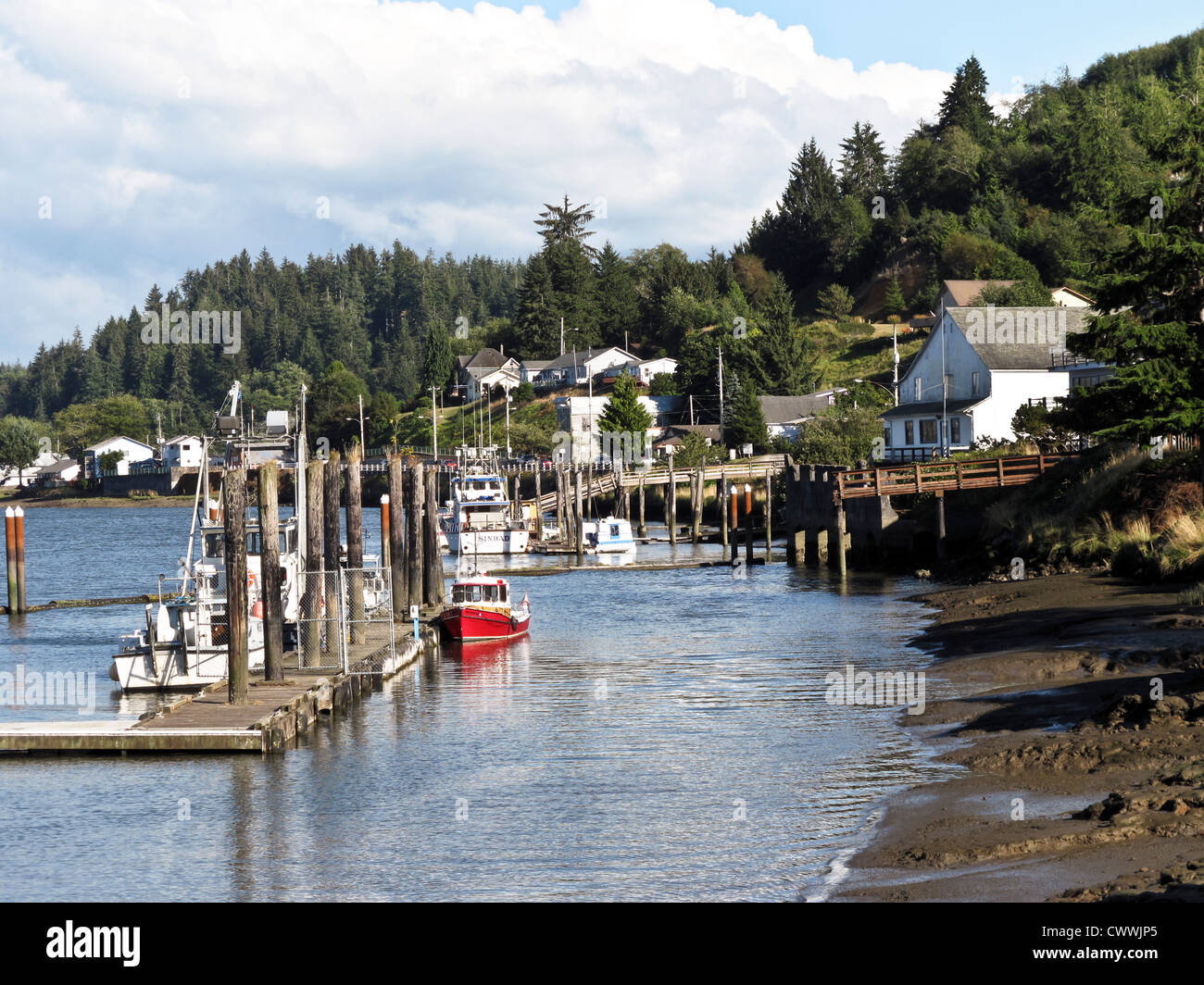 picturesque Willipa River waterfront with wood frame buildings floating docks & moored fishing craft South Bend - Stock Image
