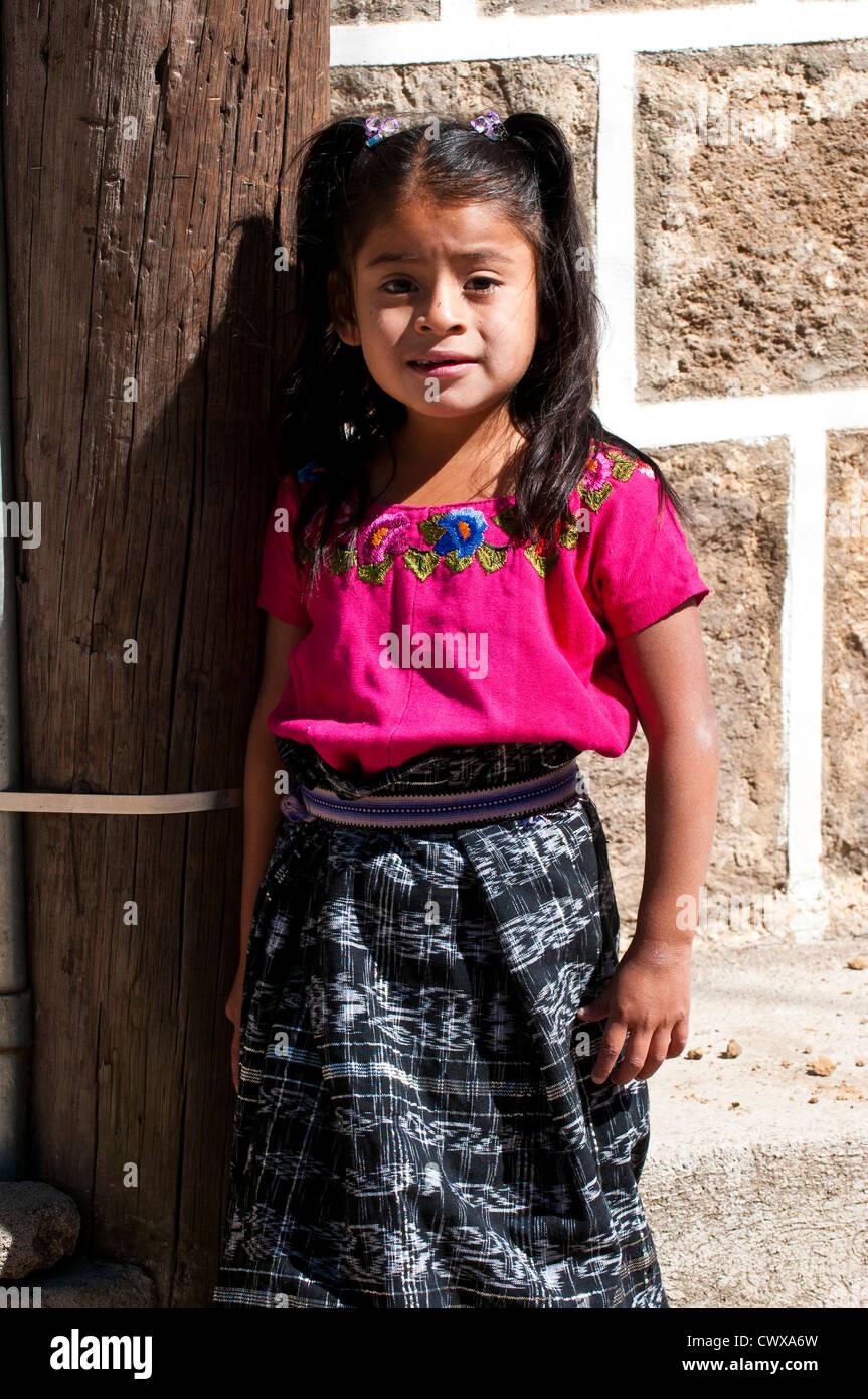 Guatemala, Santiago Atitlan. Young Mayan girl in traditional dress, santiago atitlan lago de atitlan lake atitlan - Stock Image