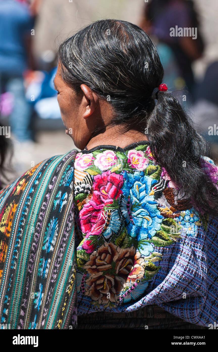 Guatemala, Santiago Atitlan. Mayan woman dressed in traditional corte and huipiles. - Stock Image