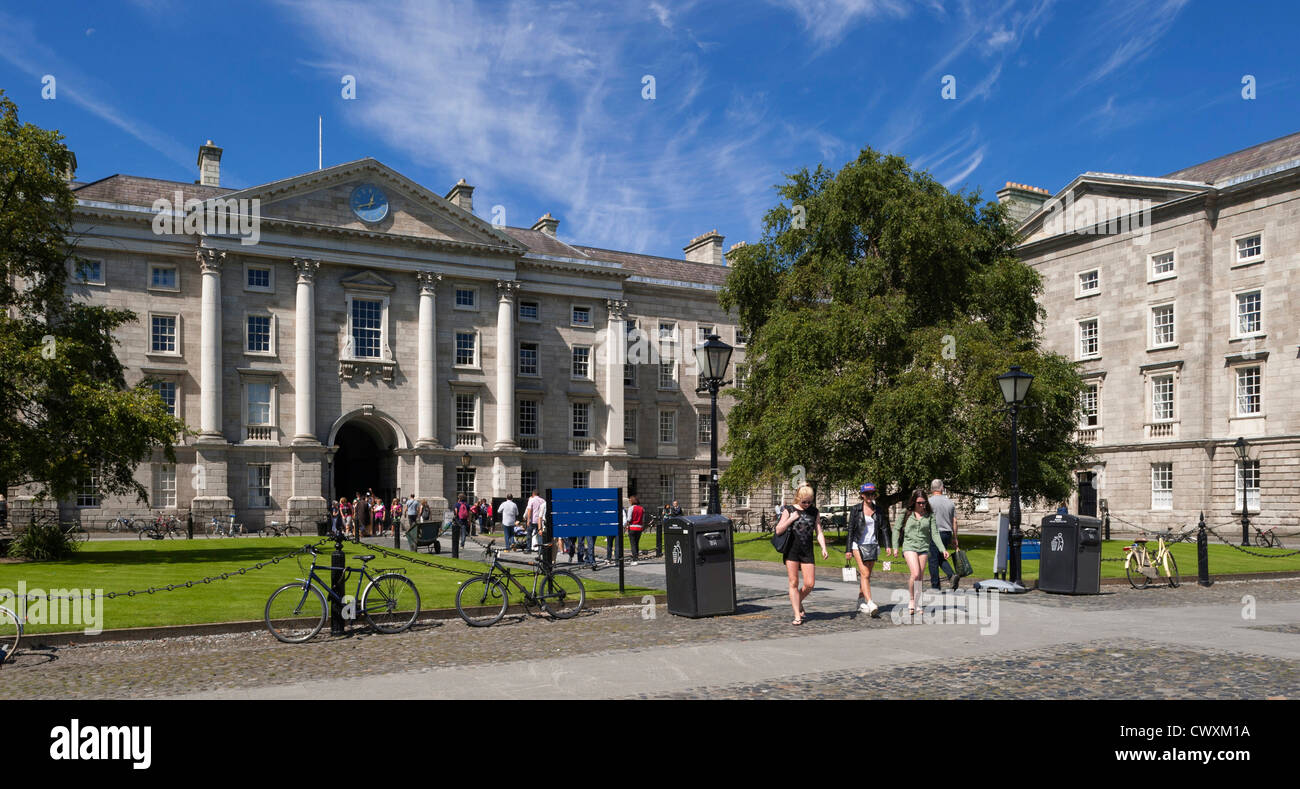 University students walking on campus at Trinity College, Dublin, Ireland in front of the School of Law building - Stock Image