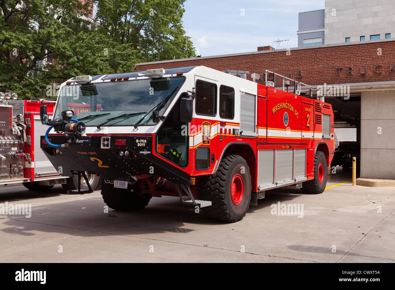 Foam tender firetruck - Stock Image