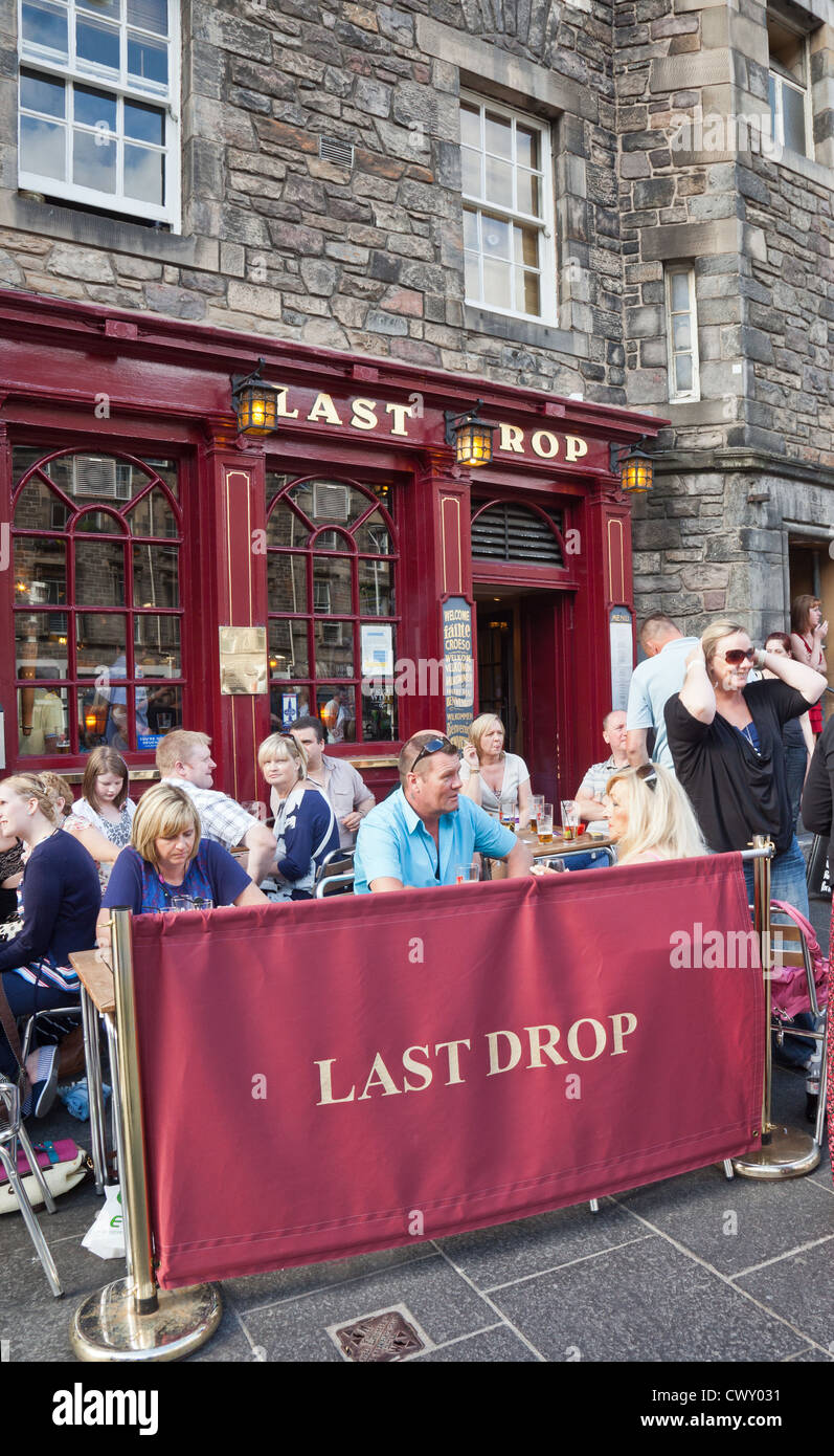 Customers eating outside the Last Drop pub and restaurant, historically the pub where condemned prisoners had their - Stock Image