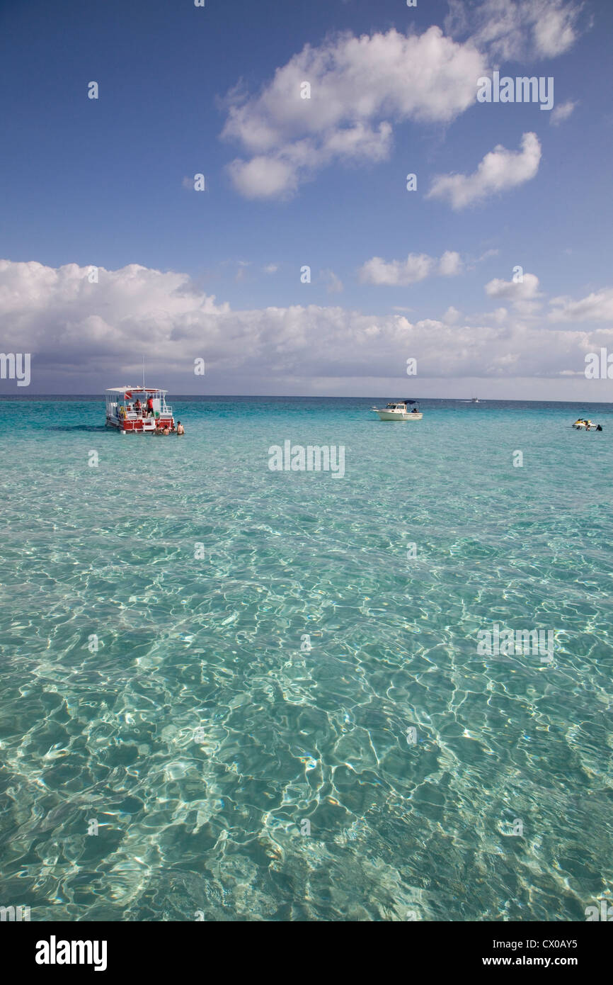Sun reflecting on the beautiful clear tropical waters at Stingray City, Cayman Island - Stock Image