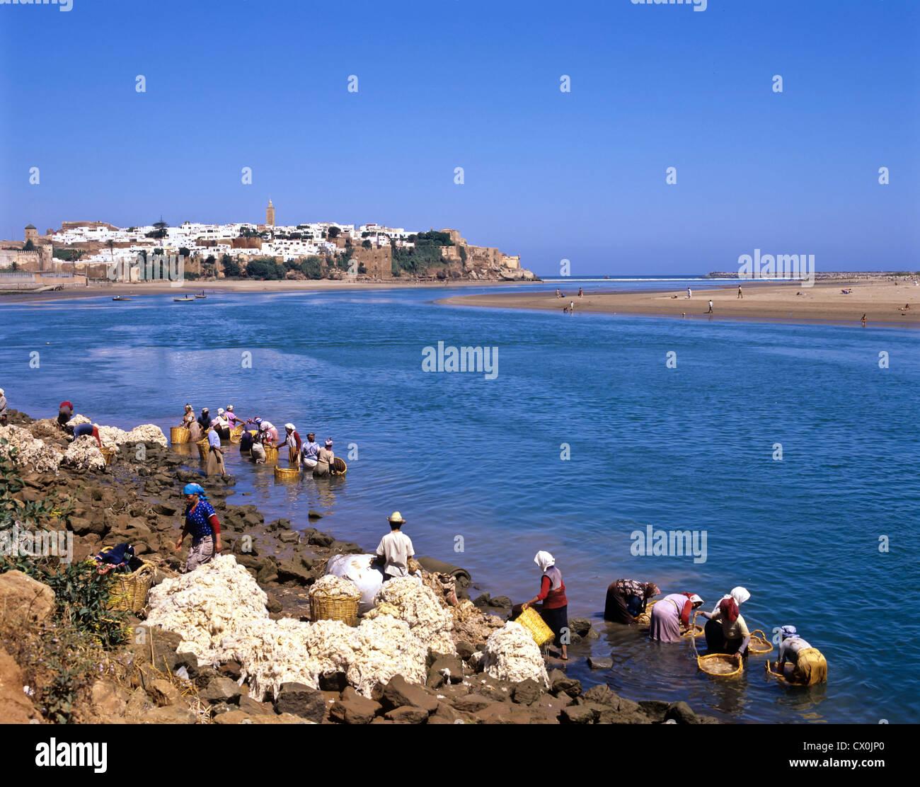8140. Women washing wool in R Bouregreg, Rabat, Morocco - Stock Image