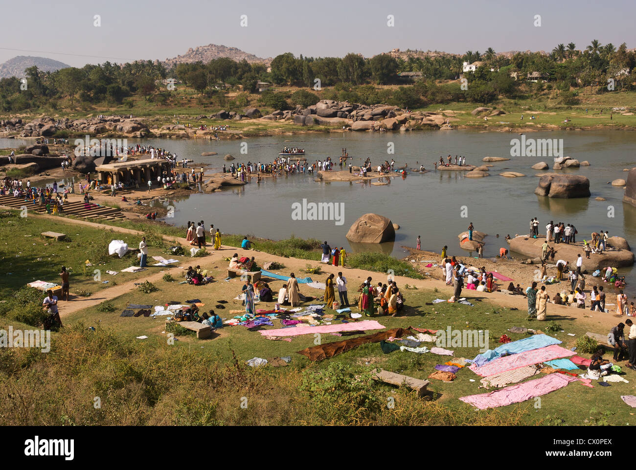 Elk201-2476 India, Karnataka, Hampi, Tungabhadra River, bathers for Pongol festival - Stock Image