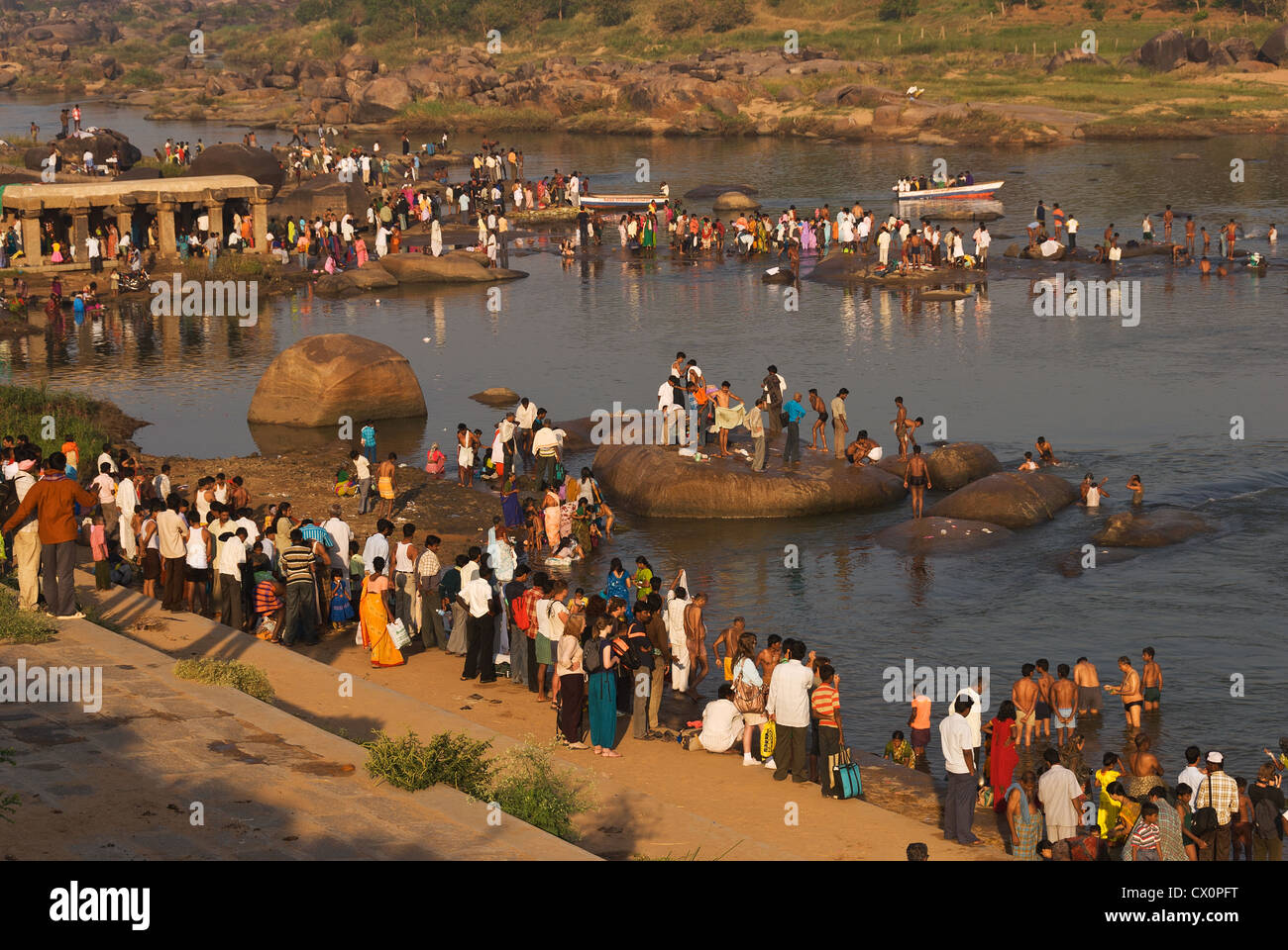 Elk201-2483 India, Karnataka, Hampi, Tungabhadra River, bathers for Pongol festival - Stock Image