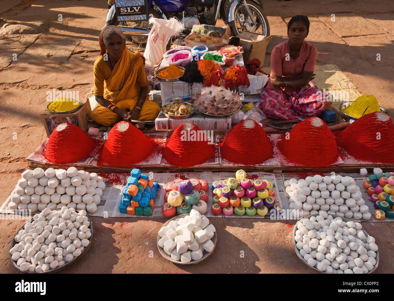 Elk201-2533 India, Karnataka, Hampi, Hampi Bazaar, colored powder vendor - Stock Image