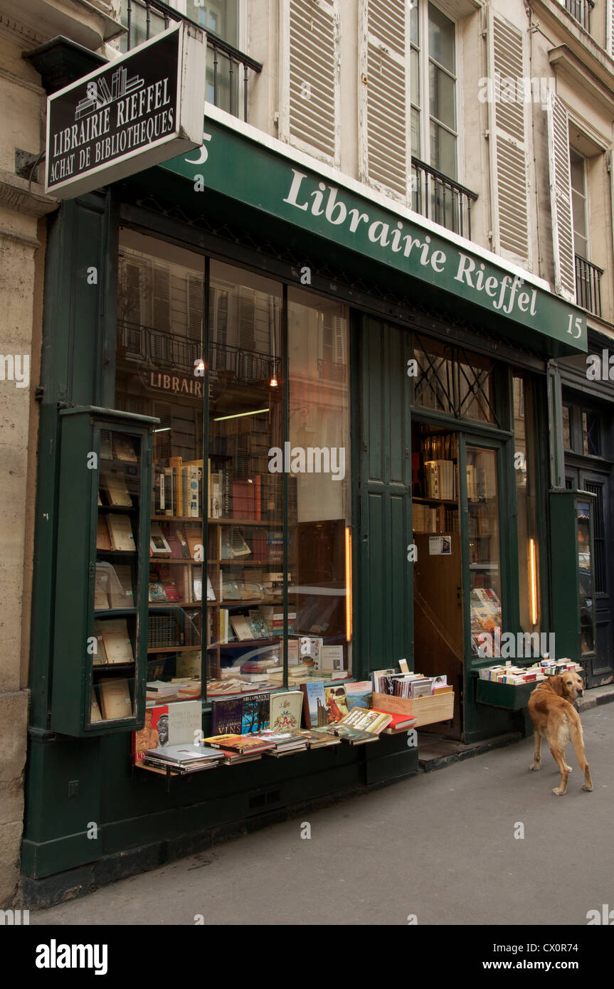 Second hand book dealer. A Labrador dog loiters on the pavement outside the Librairie Rieffel, an old bohemian Left - Stock Image