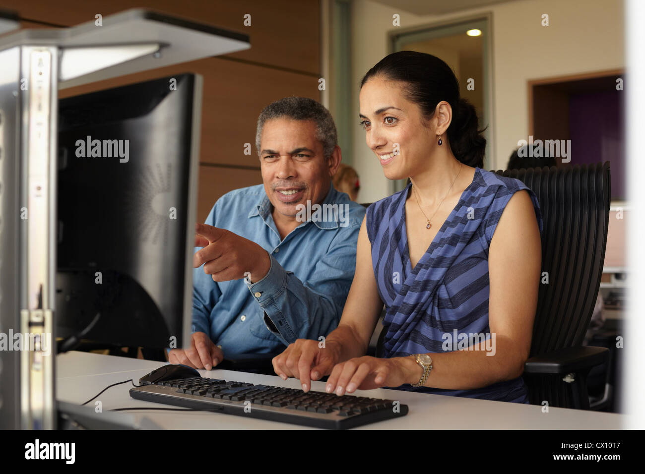 Mature students in computer class - Stock Image