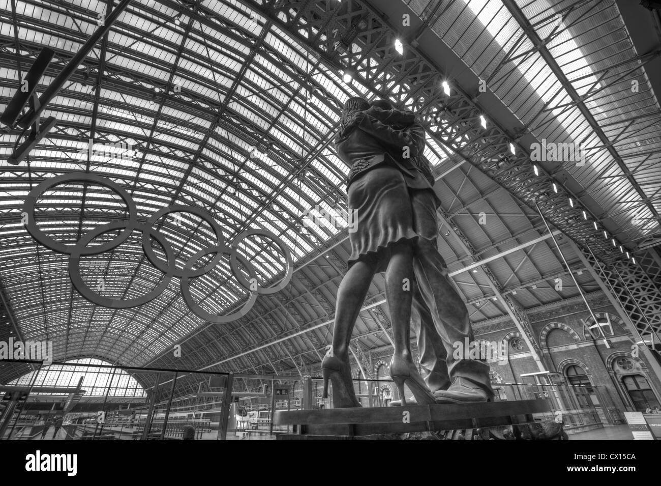 """Paul Day's sculpture """"The Meeting Place"""" at St Pancras Station in London. Stock Photo"""