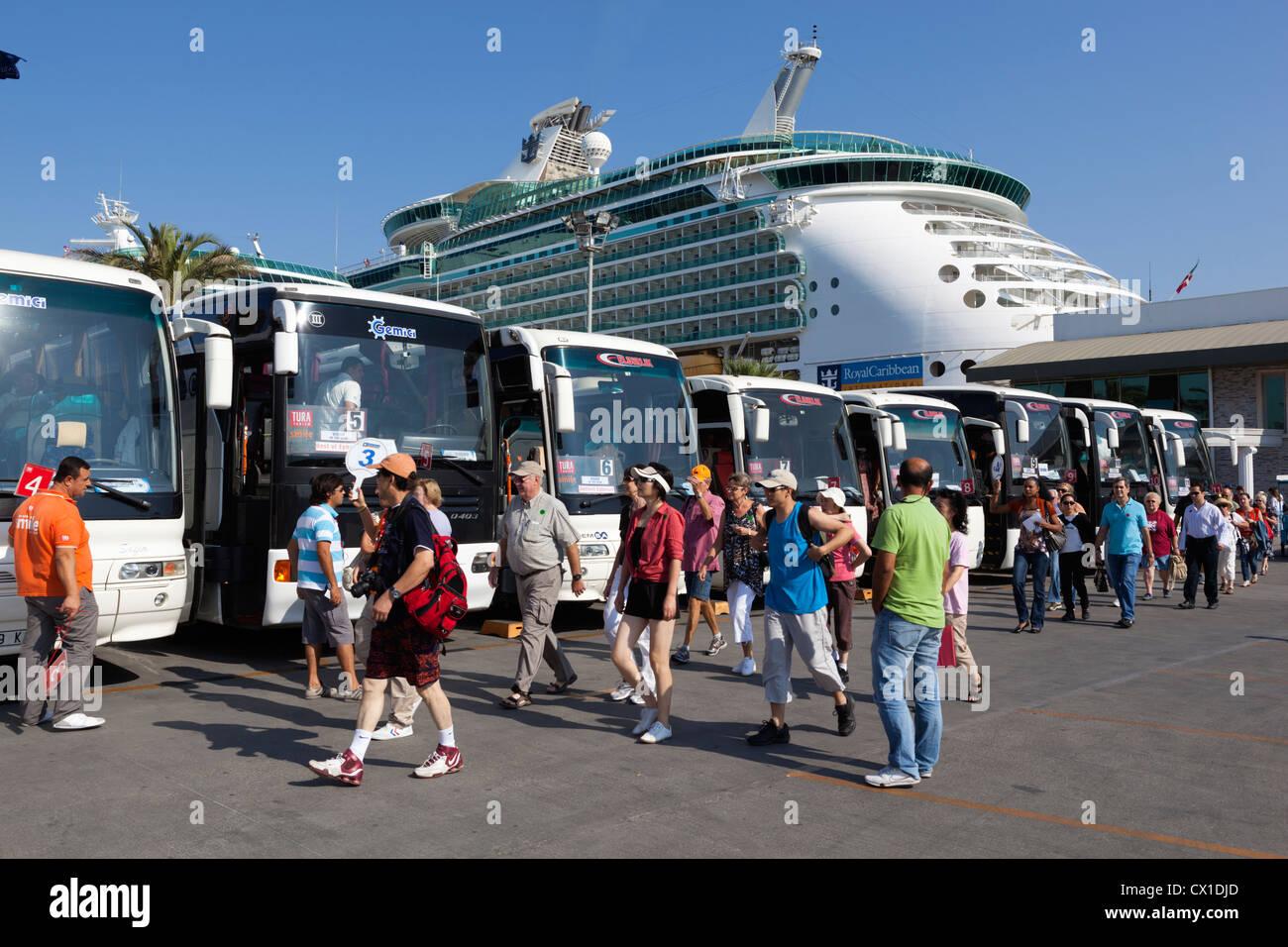Tour Coaches Stock Photos Amp Tour Coaches Stock Images Alamy
