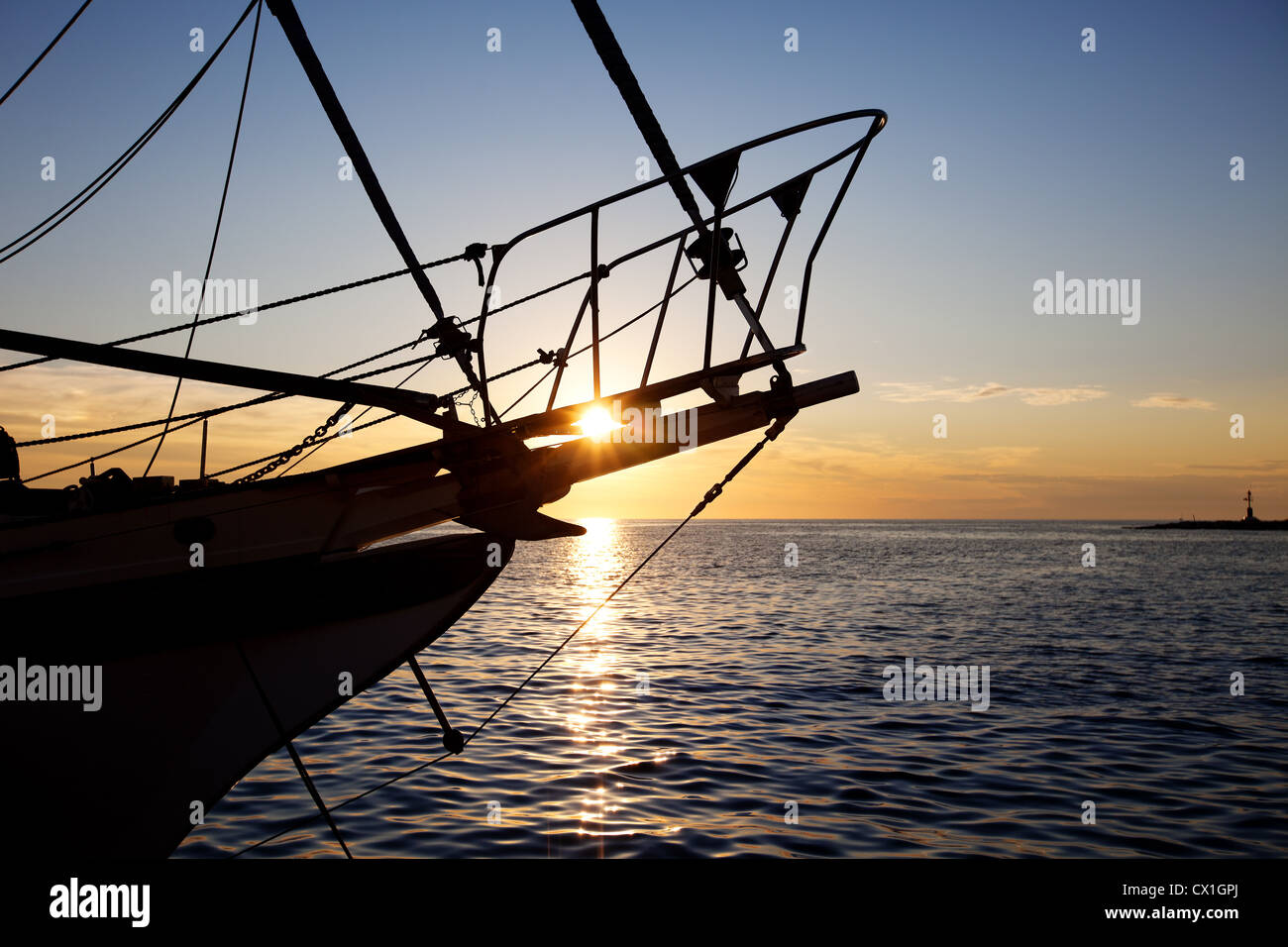 Segelschiff im Sonnenuntergang Sailing boat at sunset - Stock Image