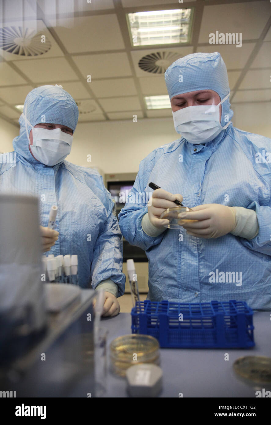 ITAR-TASS: ORYOL REGION, RUSSIA. MAY 24, 2011. Lab workers at a ZAO Sanofi Aventis Vostok plant, formerly known - Stock Image