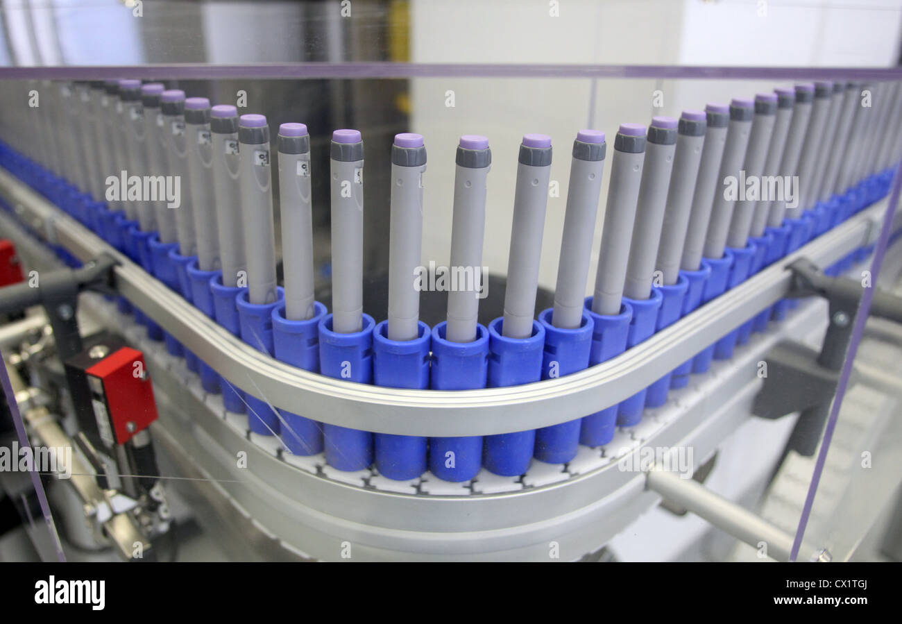 ITAR-TASS: ORYOL REGION, RUSSIA. MAY 24, 2011. Insulin pens on the assembly line at a ZAO Sanofi Aventis Vostok - Stock Image