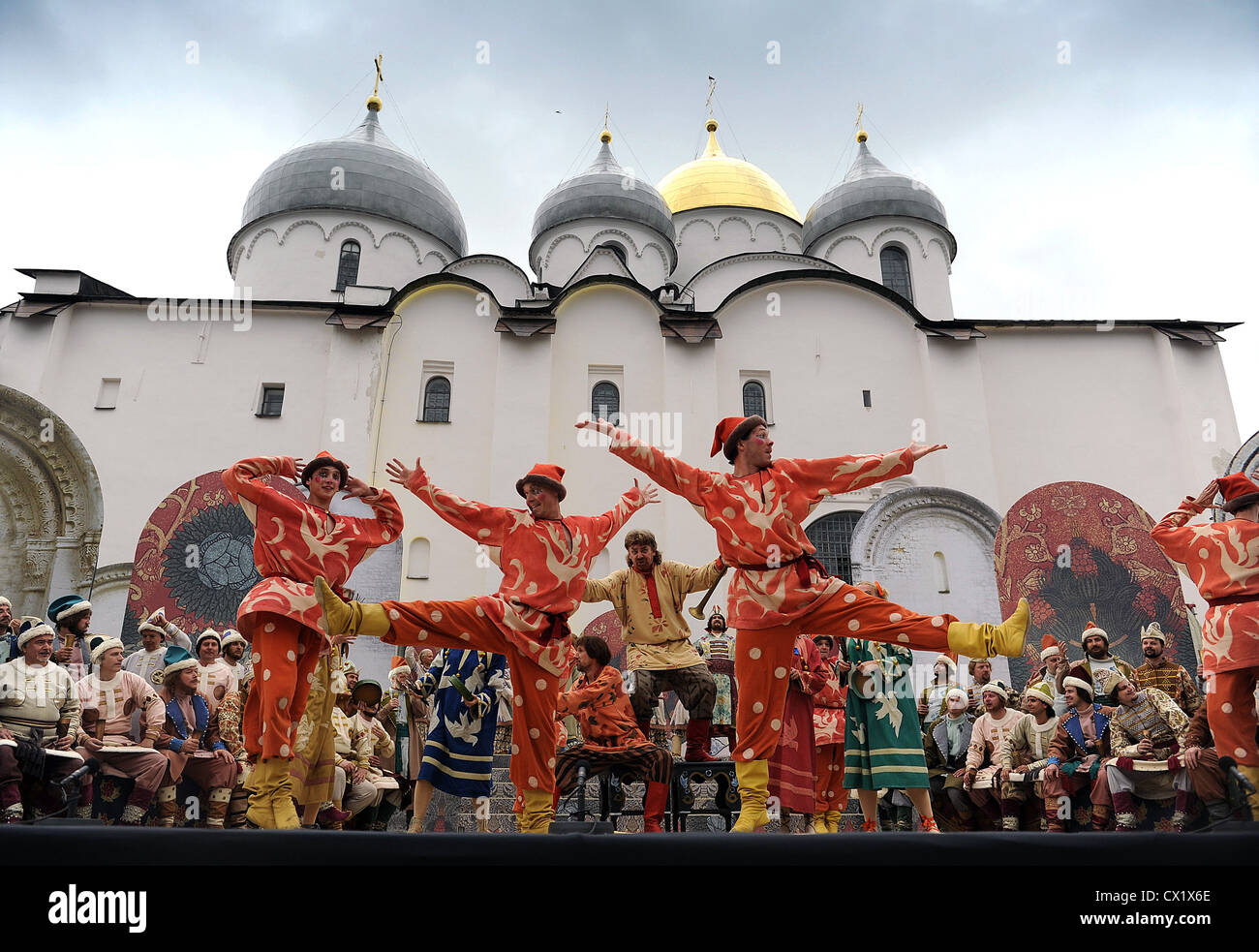 ITAR-TASS: VELIKY NOVGOROD, RUSSIA. JUNE 13, 2011. Artistes of the Mariinsky Theatre appear in a scene from an open - Stock Image