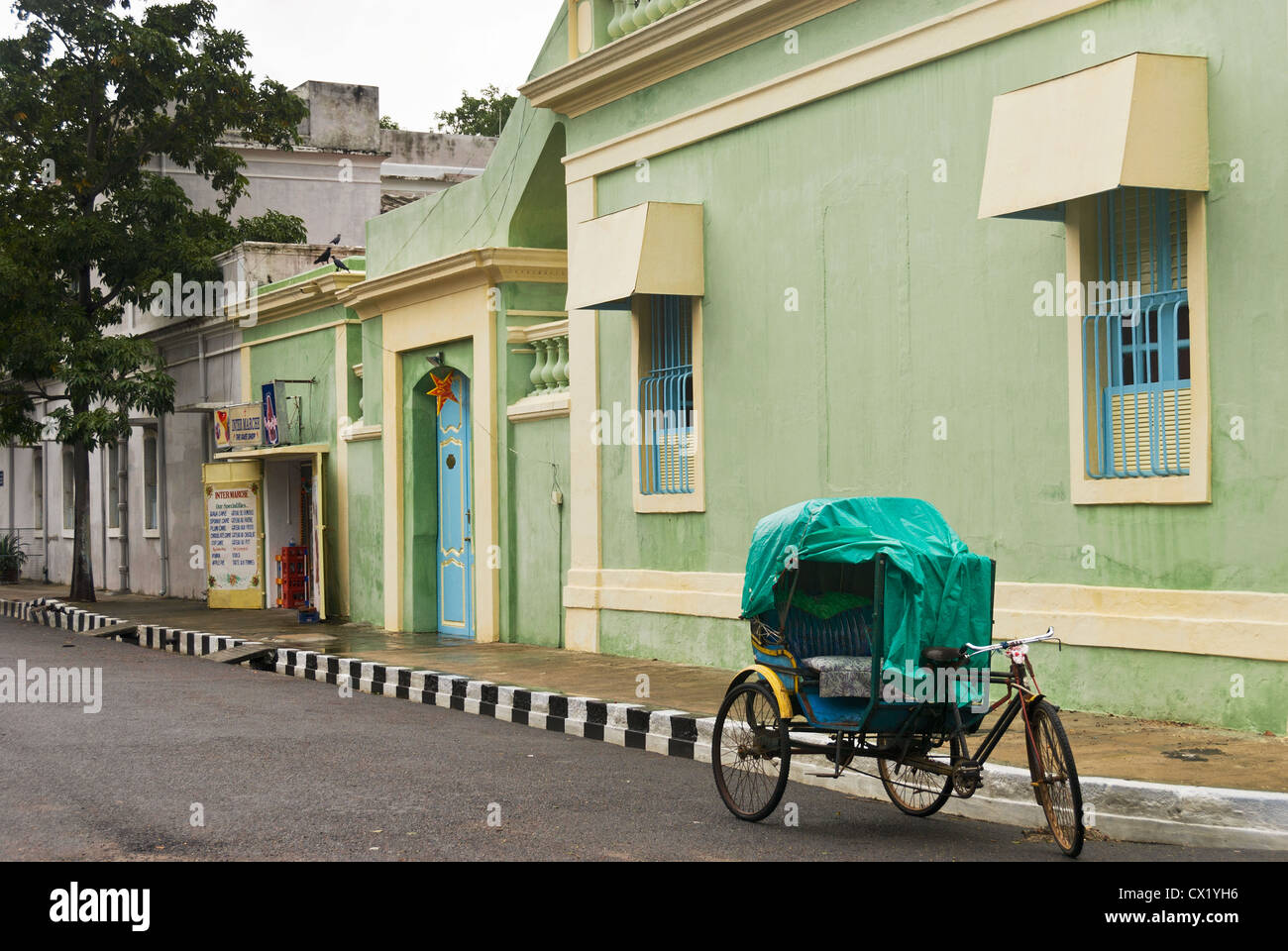 Elk201-4470 India, Tamil Nadu, Pondicherry, French Quarter, street scene with cycle rickshaw - Stock Image