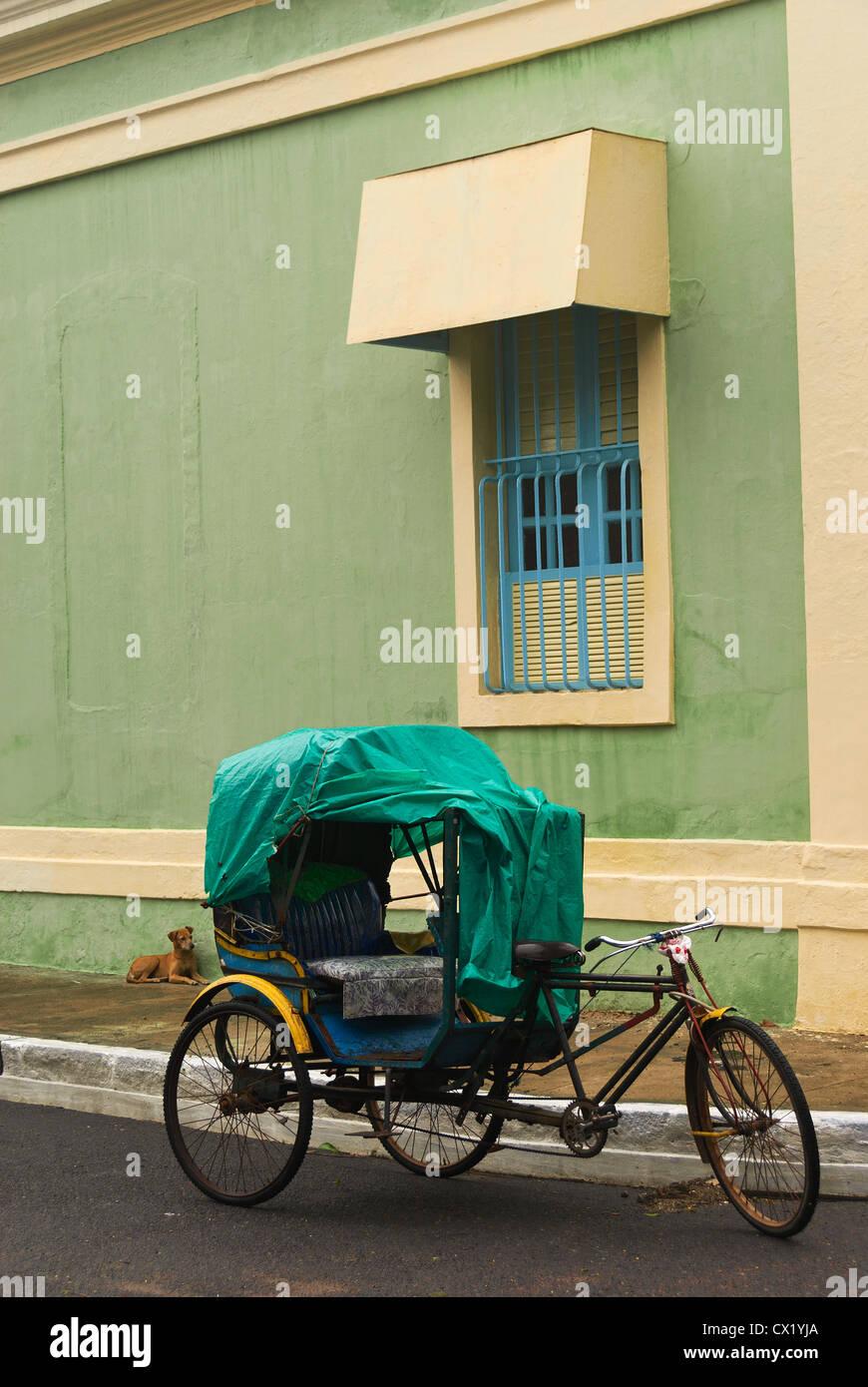 Elk201-4471v India, Tamil Nadu, Pondicherry, French Quarter, street scene with cycle rickshaw - Stock Image