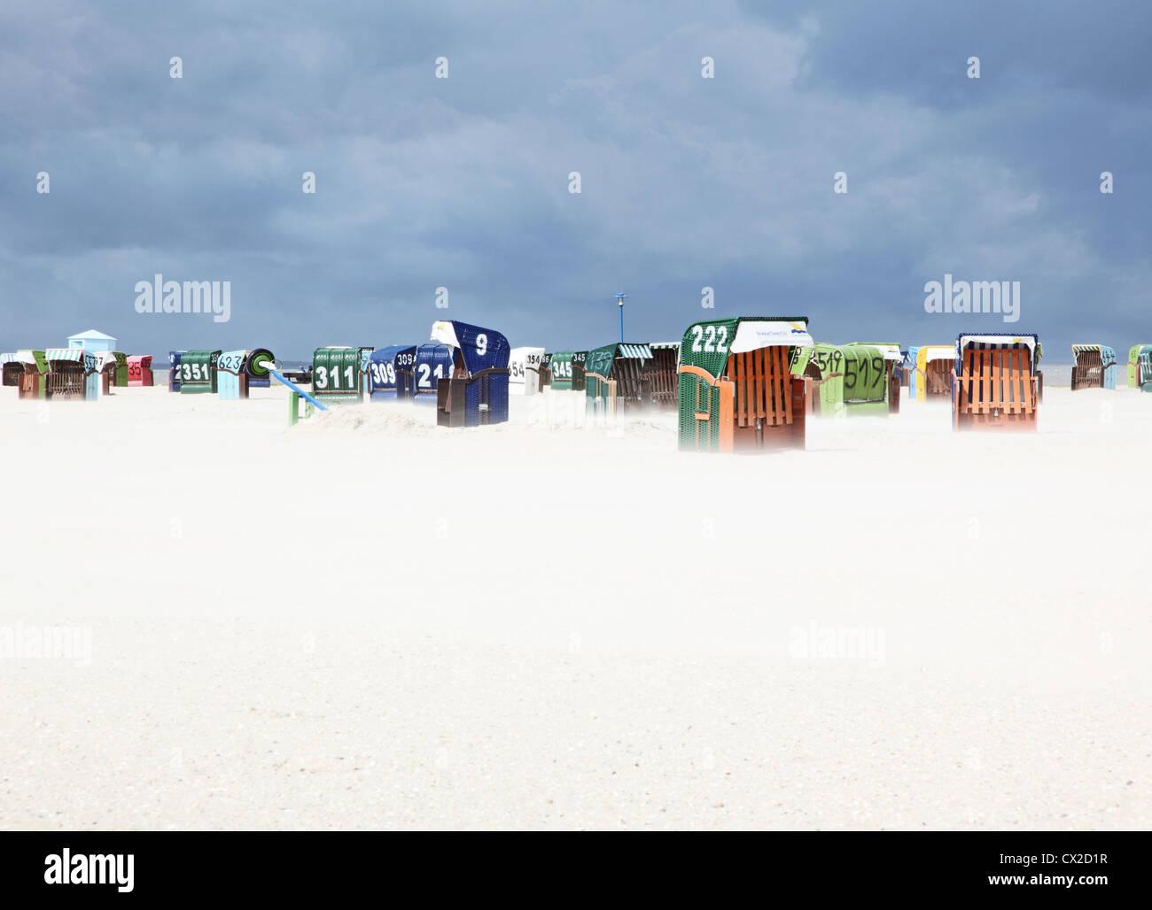 Strandkörbe Sandsturm Wremen Ostfriesland Nordsee beachchairs sandstorm North Sea Europa Europe - Stock Image