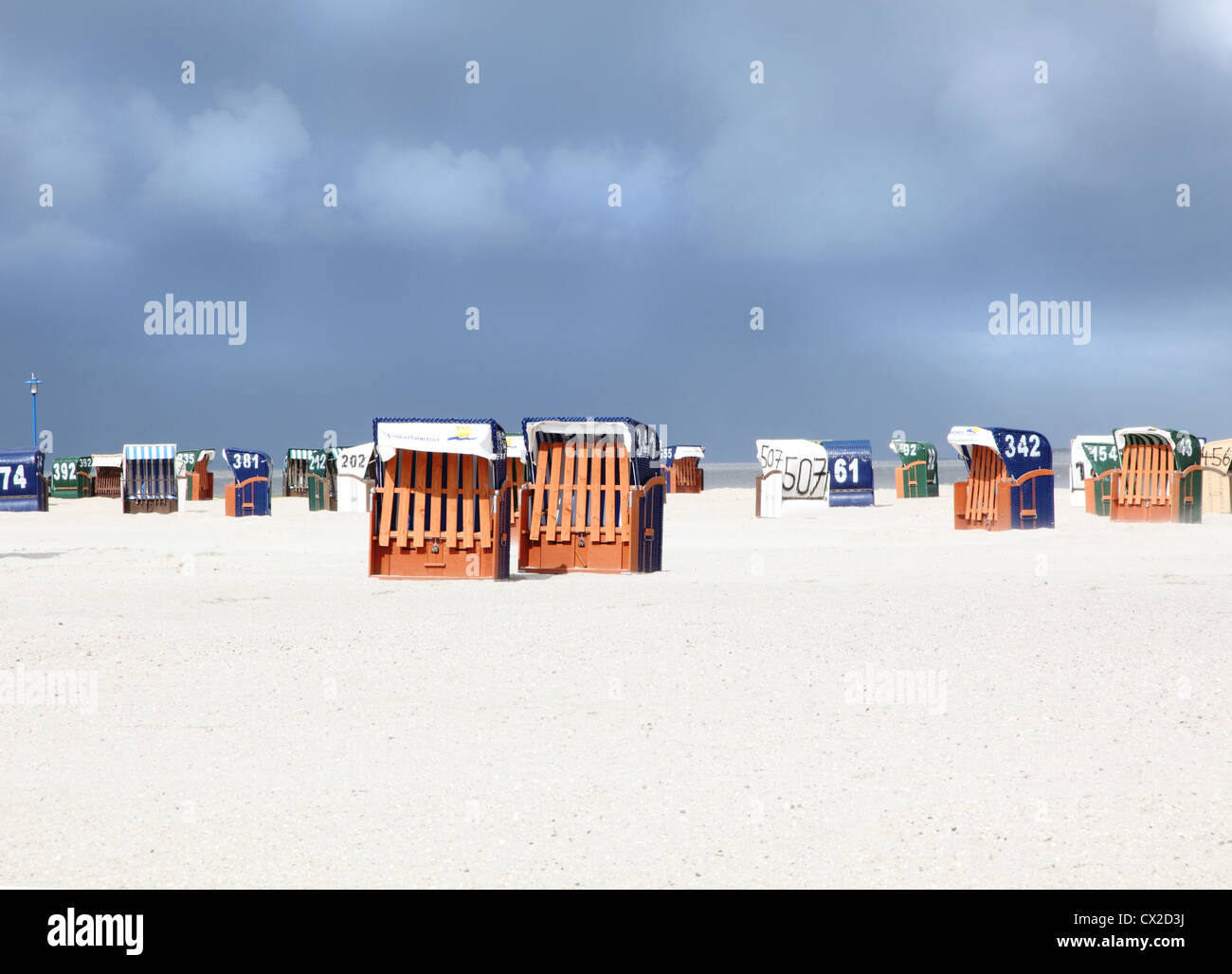 Europa, Germany, Friesland, Strandkörbe Sandsturm Wremen Ostfriesland Nordsee beachchairs sandstorm North Sea - Stock Image