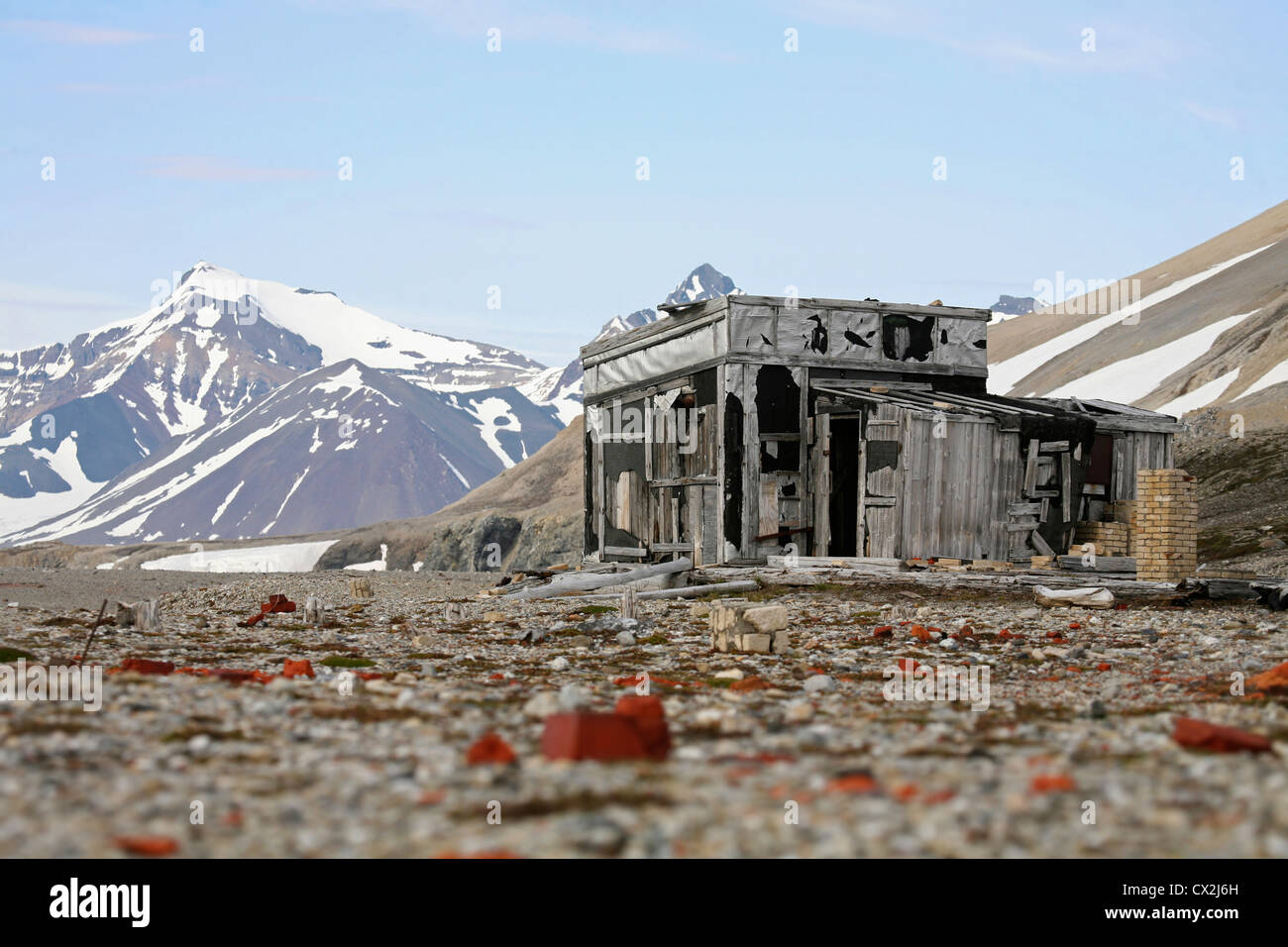 Old wooden hunting cabin in the Hornsund, Svalbard, Spitsbergen, Norway - Stock Image
