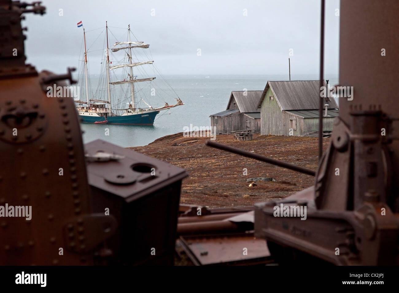 Sailing ship visiting Camp Mansfield, old marble quarry at Blomstrandhalvoya / Blomstrandhalvøya, Svalbard, - Stock Image