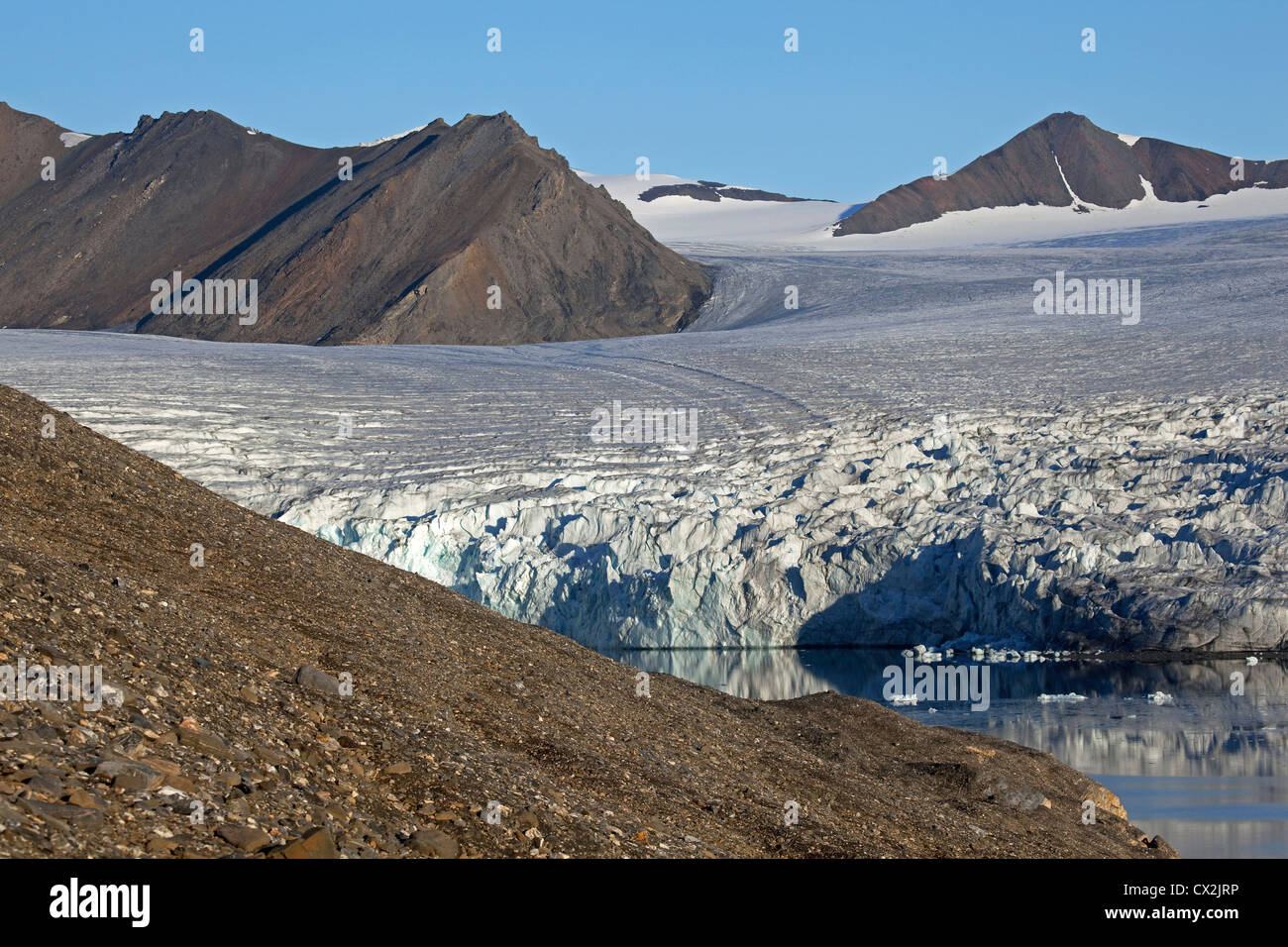 Arctic glacier and mountains at Svalbard, Spitsbergen, Norway - Stock Image