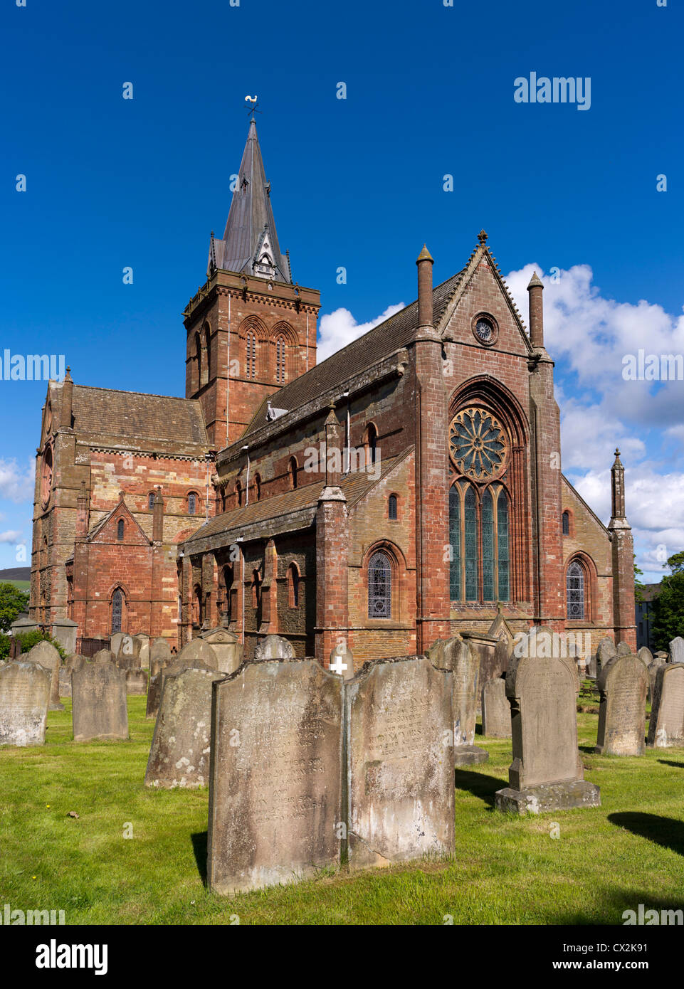 dh St Magnus Cathedral KIRKWALL ORKNEY Eastside of cathedral and graveyard orkneys Stock Photo