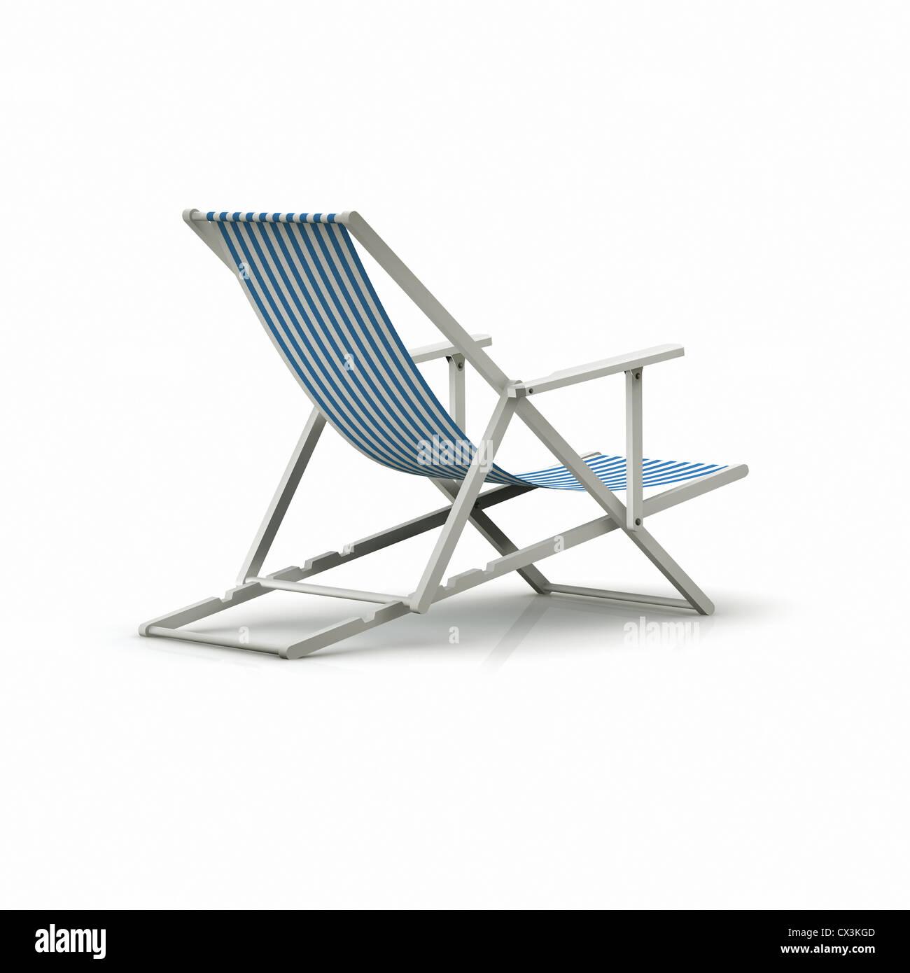 Striped Deck Chair on White BackgLiegestuhl mit blauen Streifen auf weissem Hintergrund - Striped Deck Chair on - Stock Image