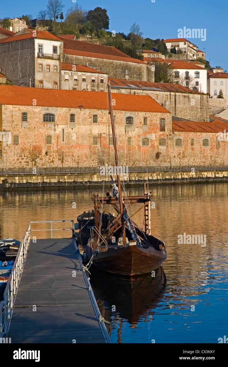 PORTUGAL, Oporto, View of the Vila Nova de Gaia waterfront with barca rabelo - Stock Image