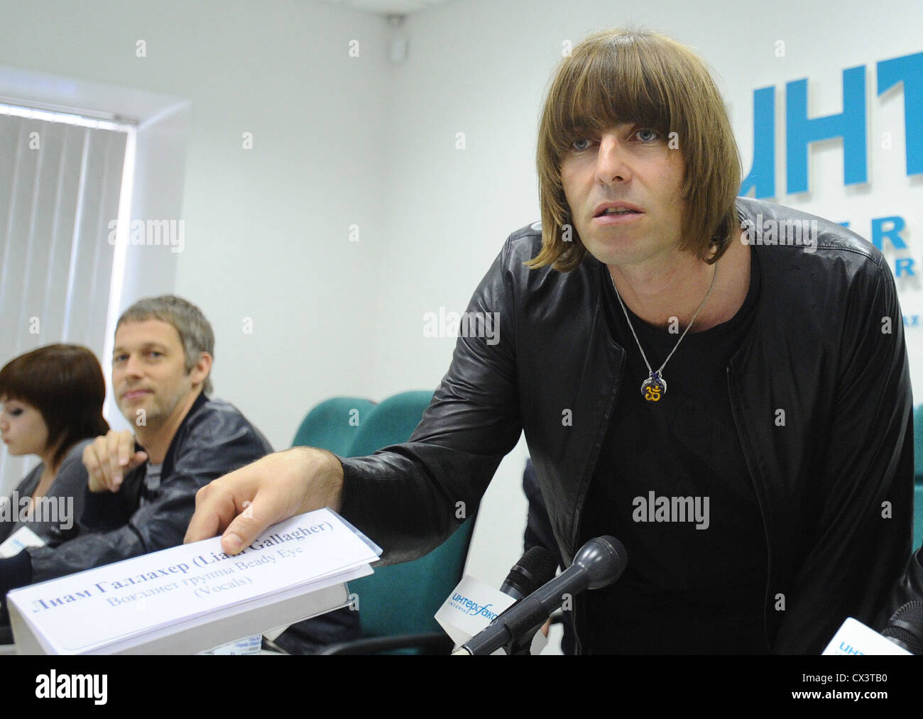 ITAR-TASS: MOSCOW, RUSSIA. JUNE 3, 2011. Beady Eye frontman Liam Gallagher (front) with his nameplate in Russian - Stock Image