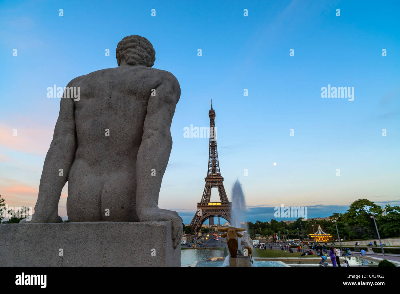 Male statue with the Eiffel Tower, Trocadero, Paris, France - Stock Image