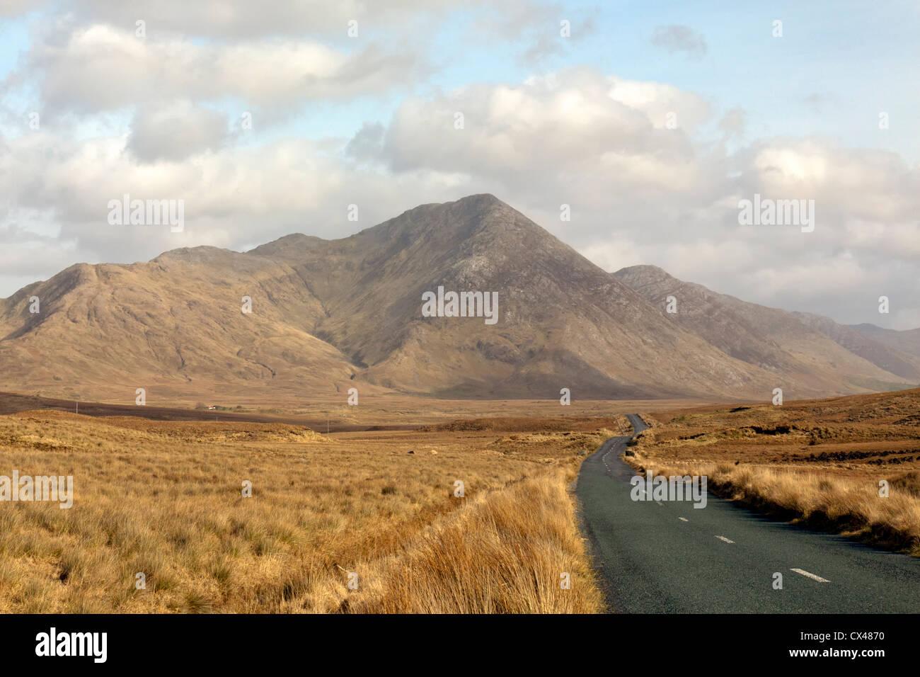 The Twelve Bens, or Twelve Pins (Irish: Na Beanna Beola), is a mountain range located within Connemara National - Stock Image