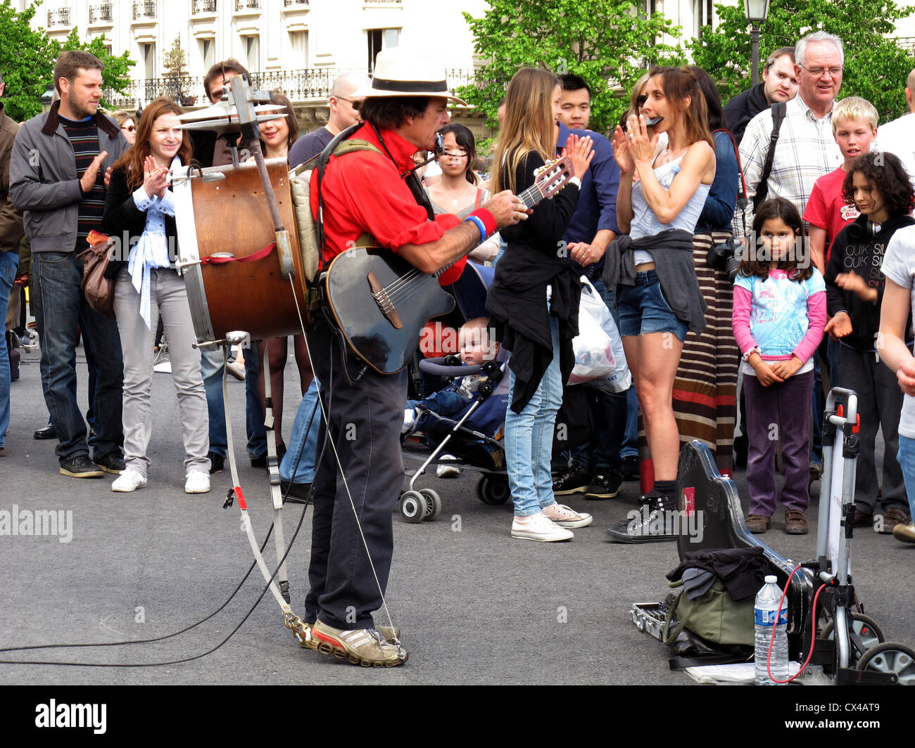 One-man band at Pont Saint-Louis, bridge, Seine river, Paris, France, Europe - Stock Image
