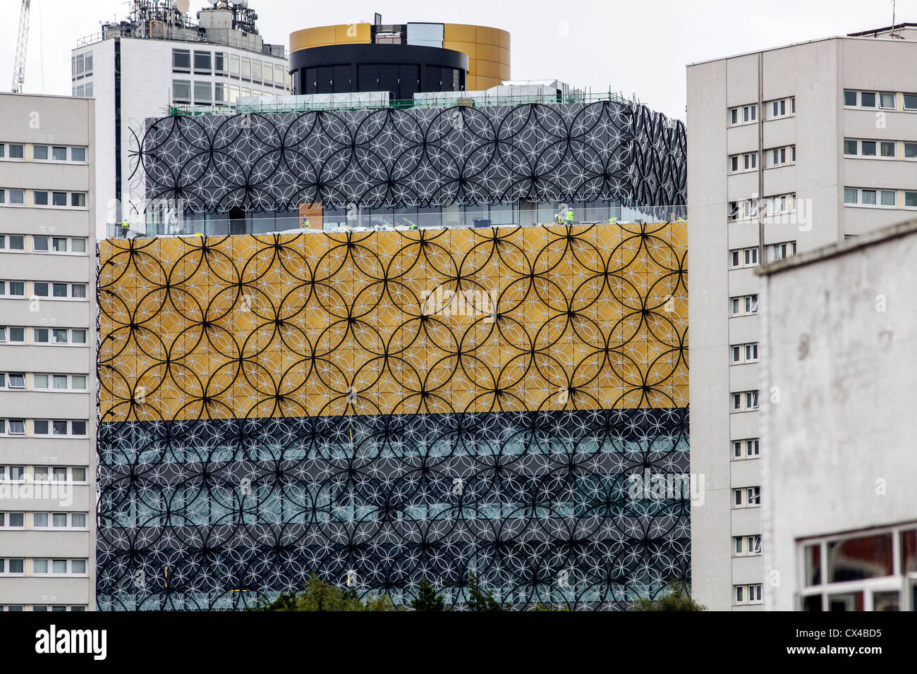 The newly built Library of Birmingham designed by architects Mecanoo.  Gold and filigree cladding covers the building. - Stock Image