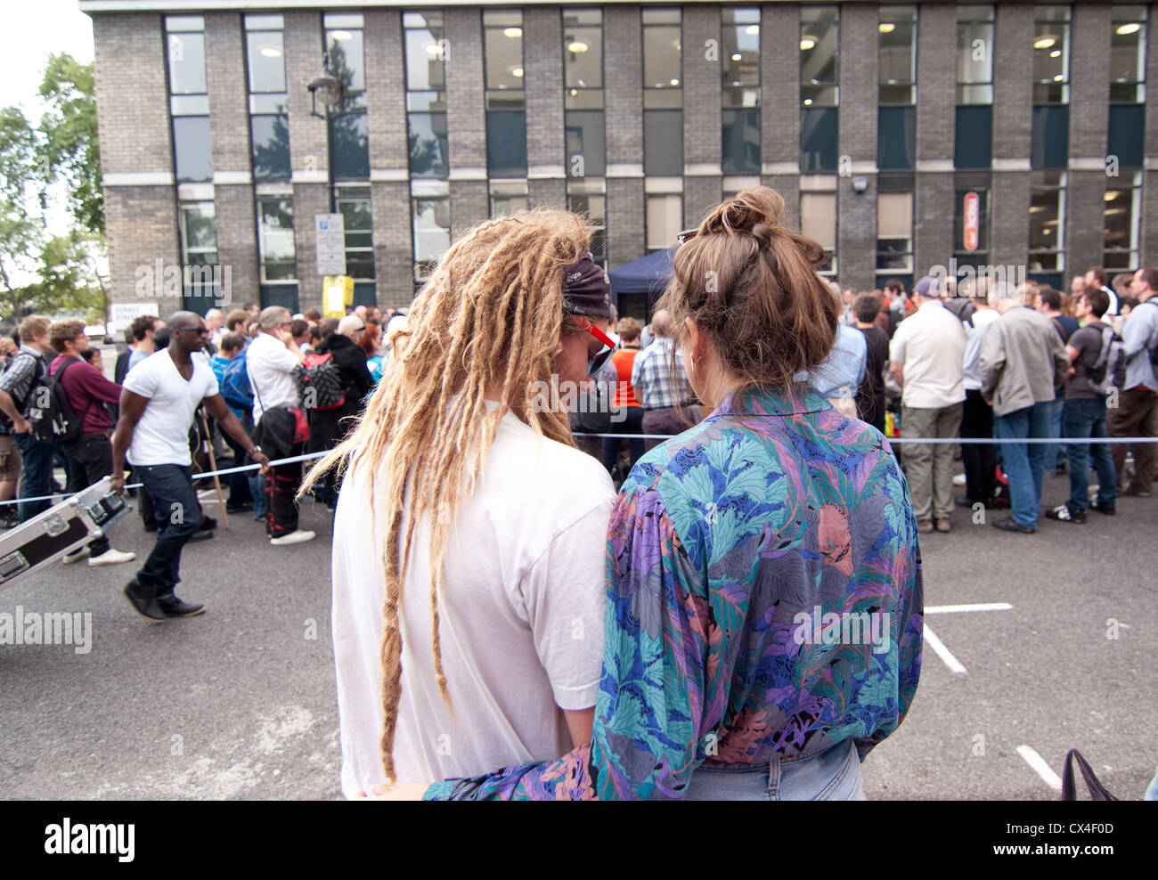 """a couple cuddling whist watching """"Secular Europe Campaign"""" protest rally in central London. - Stock Image"""
