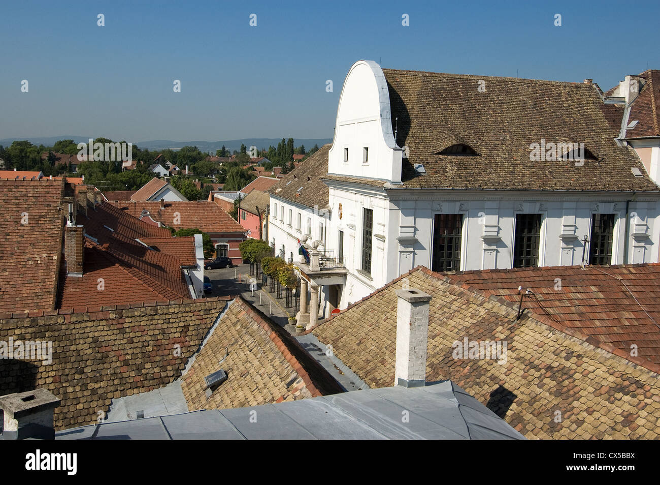 Elk190-2027 Hungary, Szentendre, Town Hall with tile roofs around - Stock Image