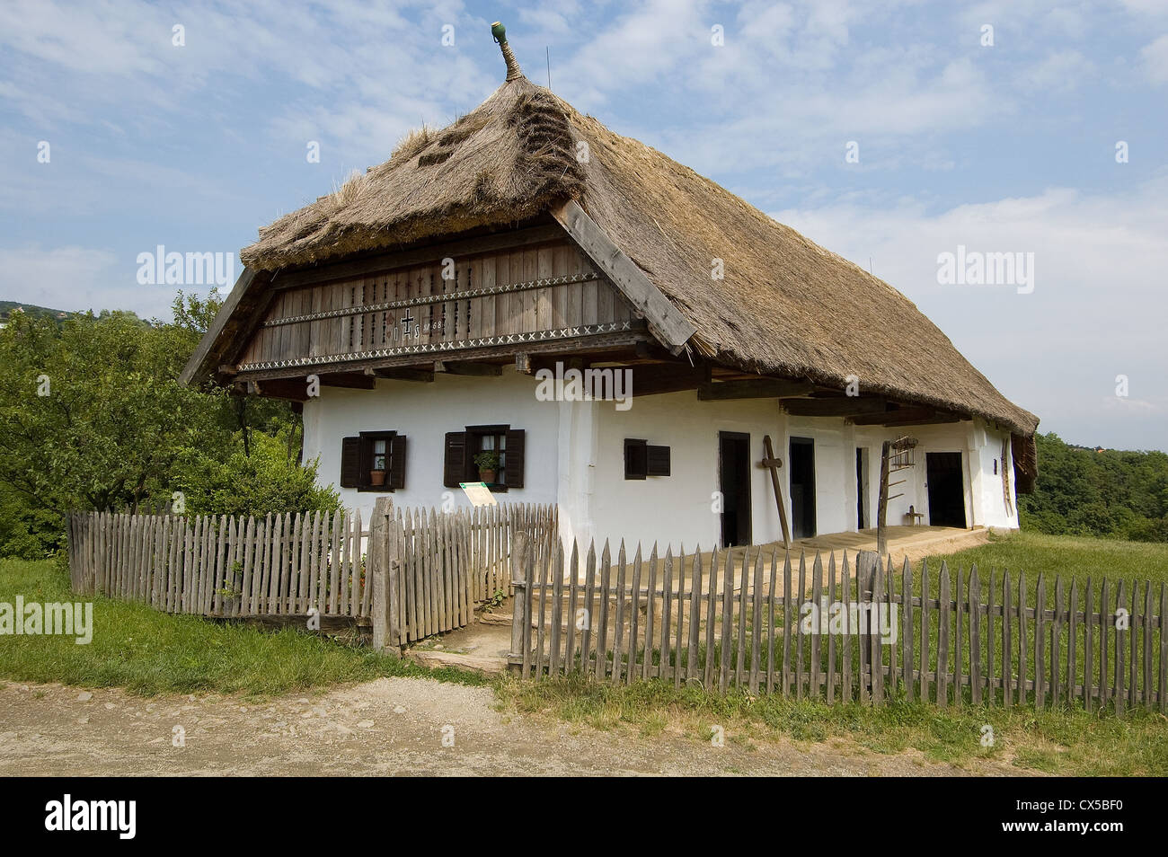 Elk190-2100 Hungary, Szentendre, Open-Air Ethnographical Museum, traditional farmhouse with thatch roof - Stock Image