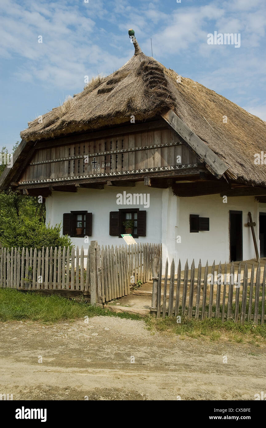 Elk190-2102v Hungary, Szentendre, Open-Air Ethnographical Museum, traditional farmhouse with thatch roof - Stock Image
