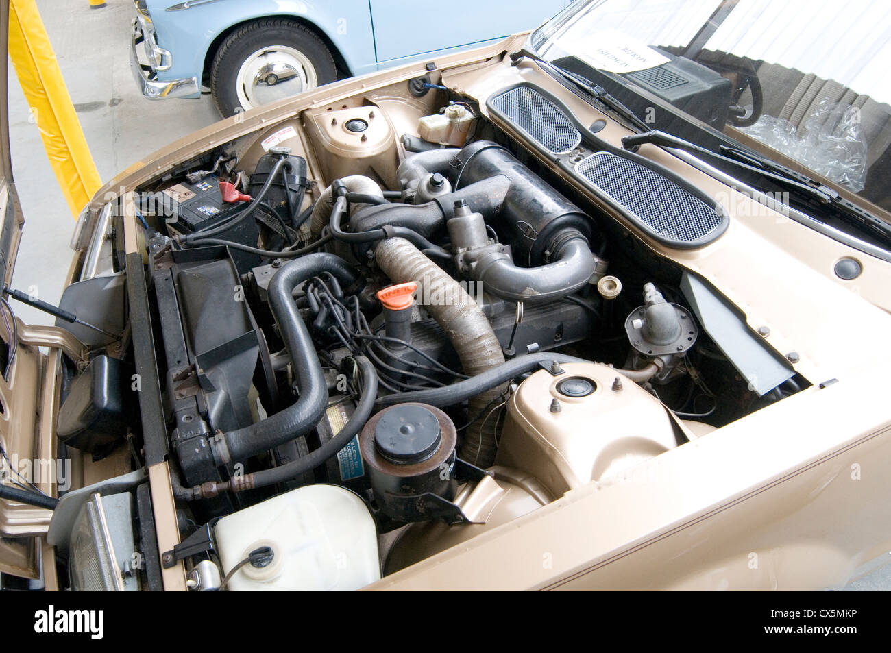 rover v8 3500 cc 215 ci sd1 twin carb engine engines bay bays bonnet - Stock Image