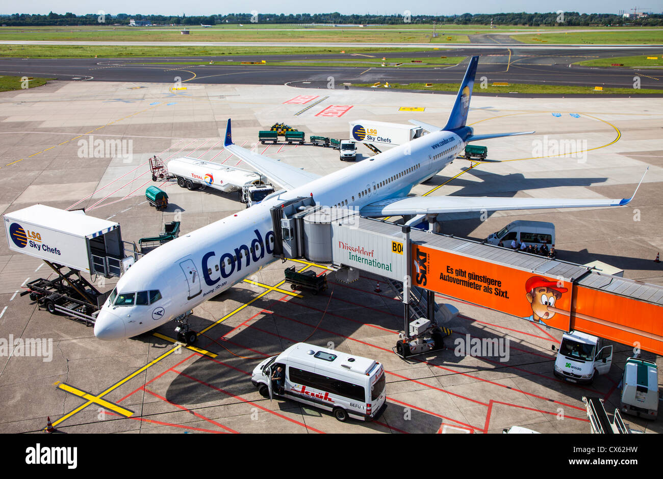 Ground handling of air planes at Düsseldorf International Airport. Germany, Europe. - Stock Image