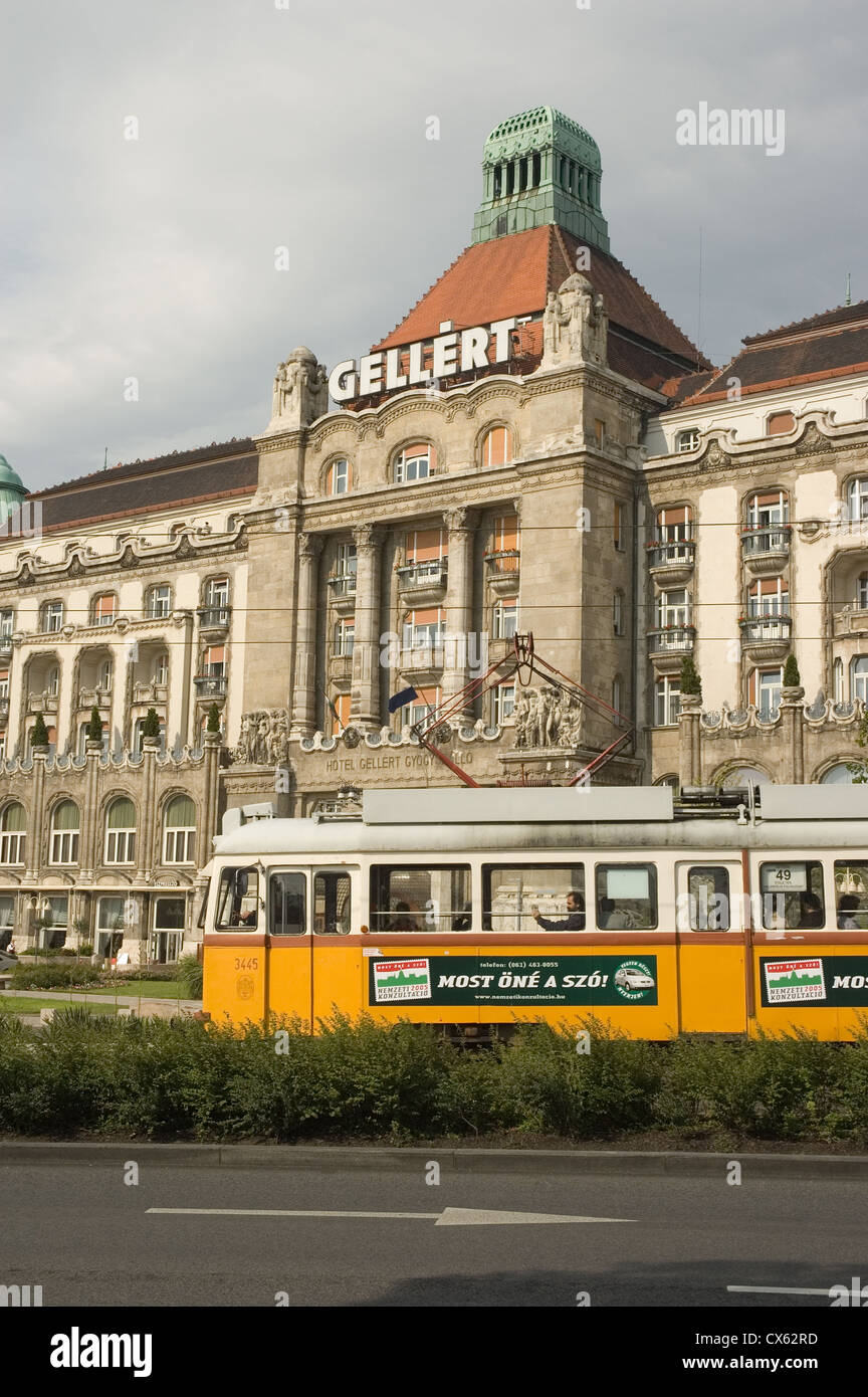Elk190-1284v Hungary, Budapest, Buda, Gellert Hotel, 1918 with yellow tram Stock Photo