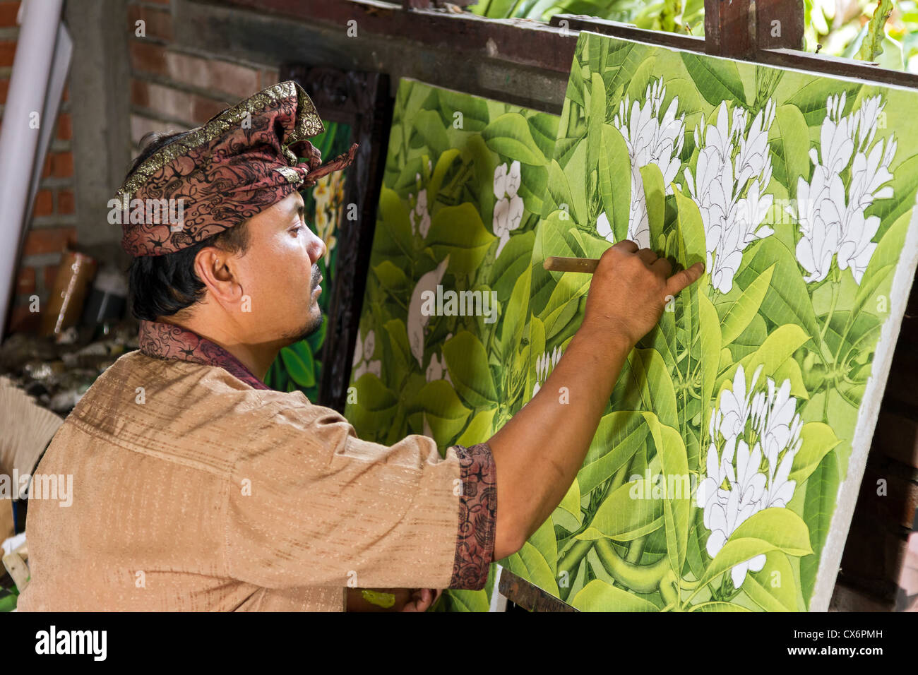 Painter drawing on easel in gallery, Ubud, Bali, Indonesia - Stock Image