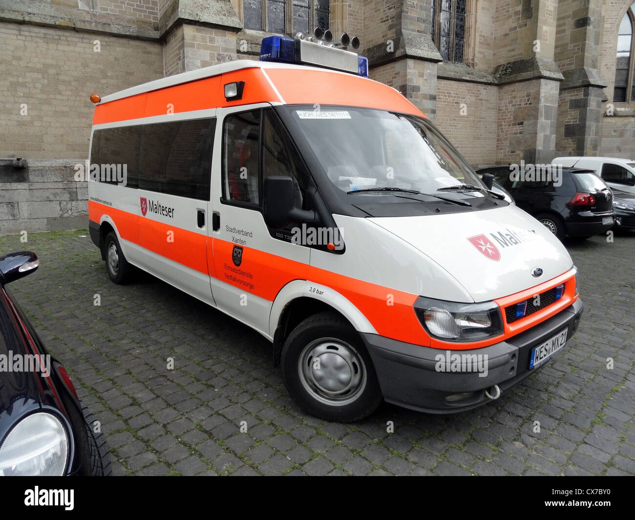 Malteser Ford 100 T300 Ambulanse, Stadverband Xanten - Stock Image