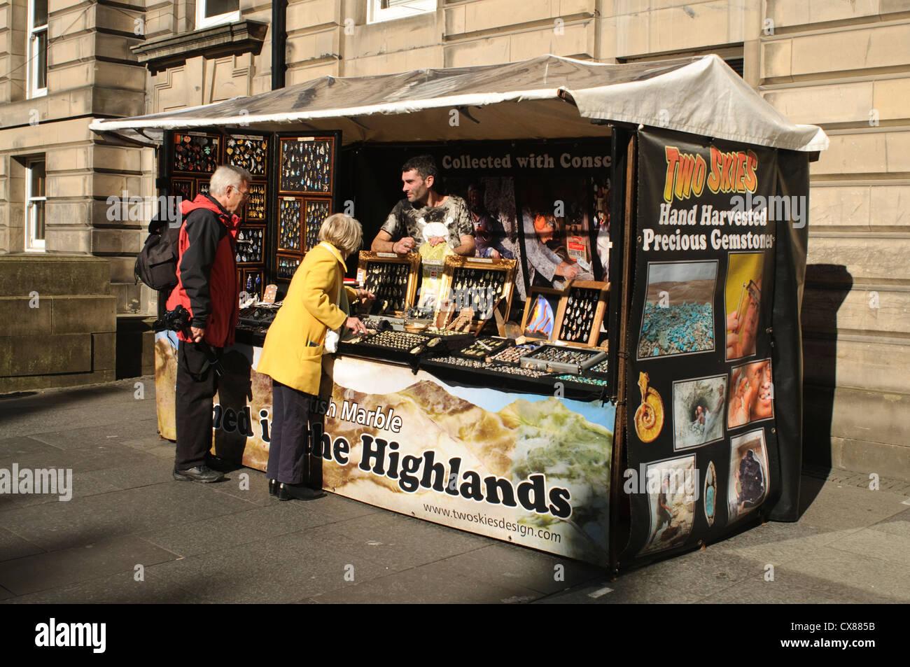 Street trader on Edinburgh's Royal Mile. - Stock Image