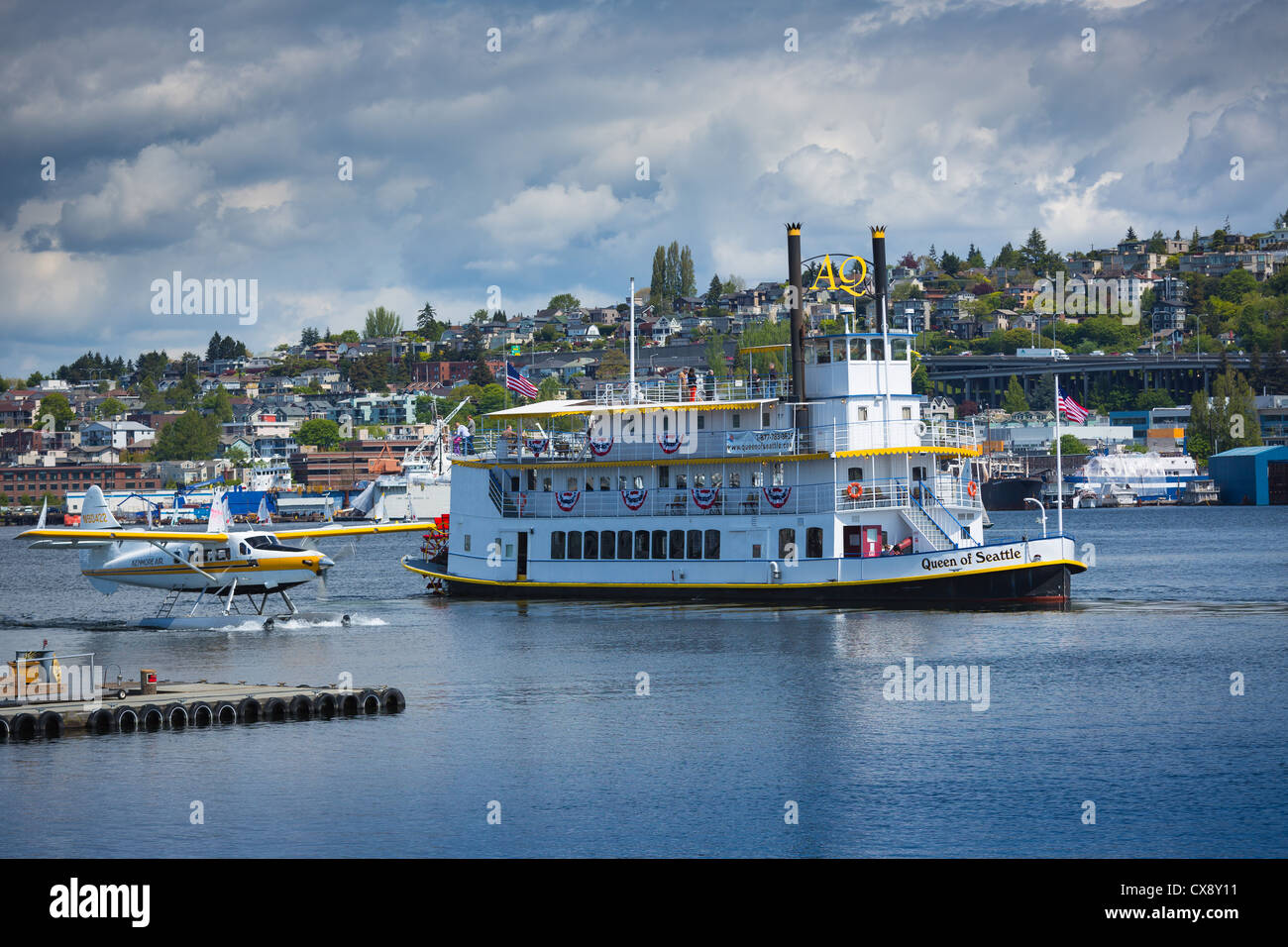 Tour boat on Seattle's Lake Union, with seaplane next to it - Stock Image