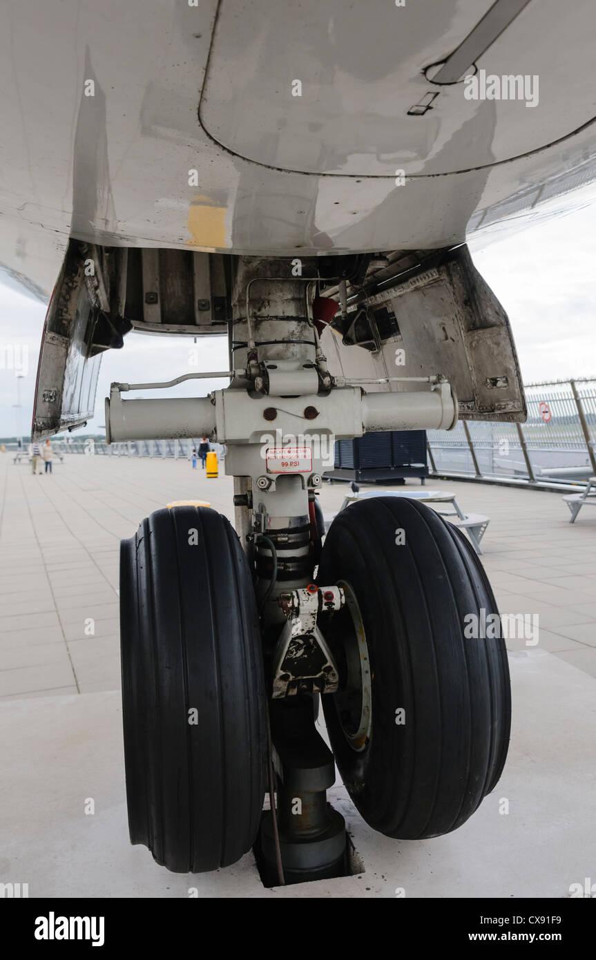 Rear landing gear of a KLM Fokker 100 - Stock Image